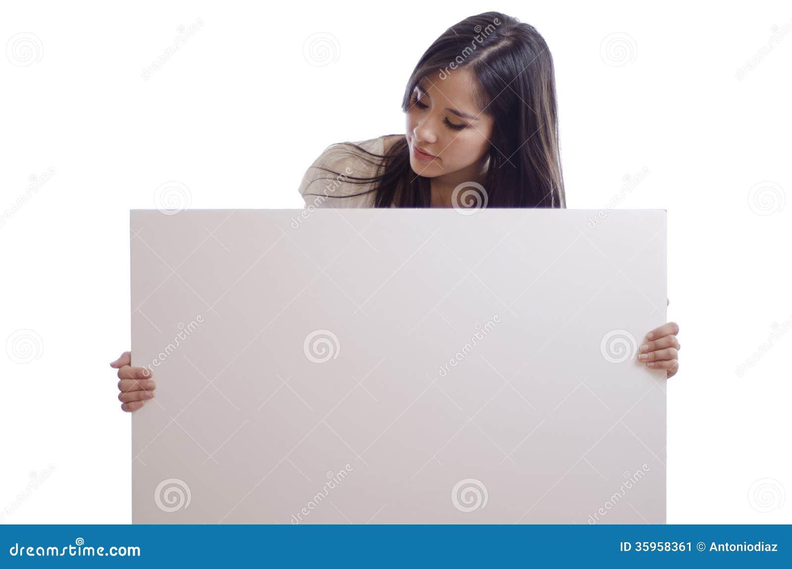Mujer hermosa con una muestra blanca