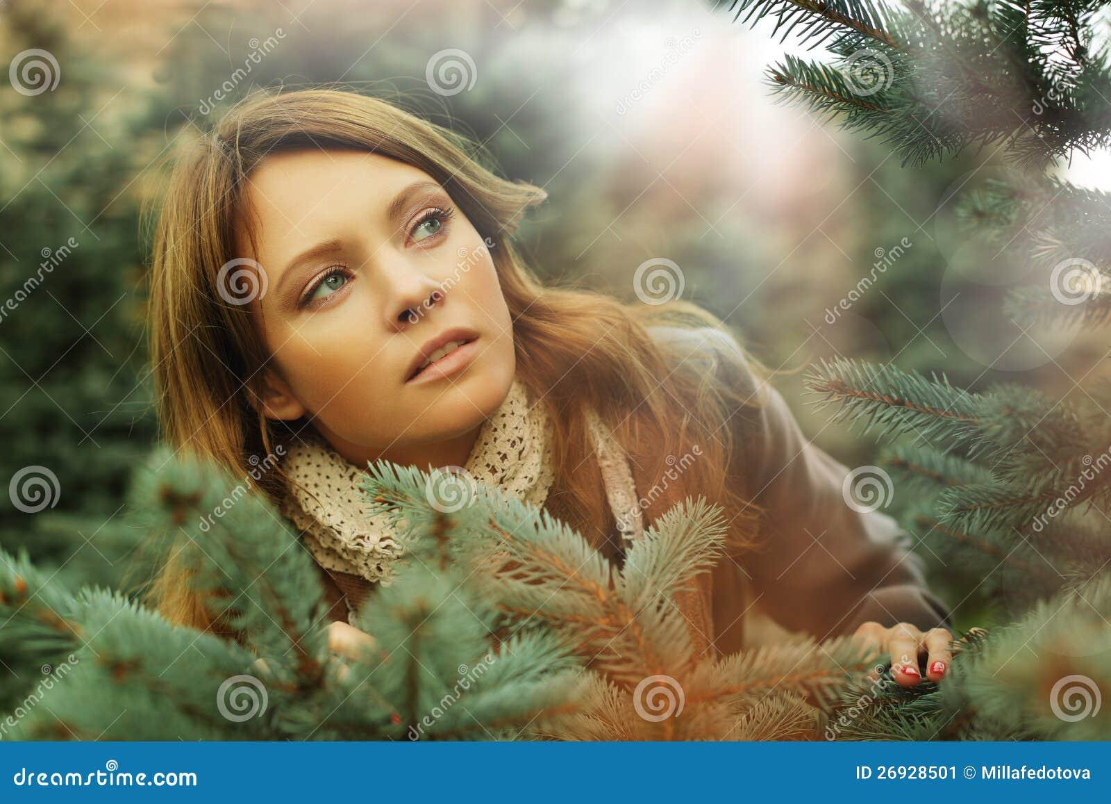 Mujer hermosa, concepto de la sorpresa de la fantasía