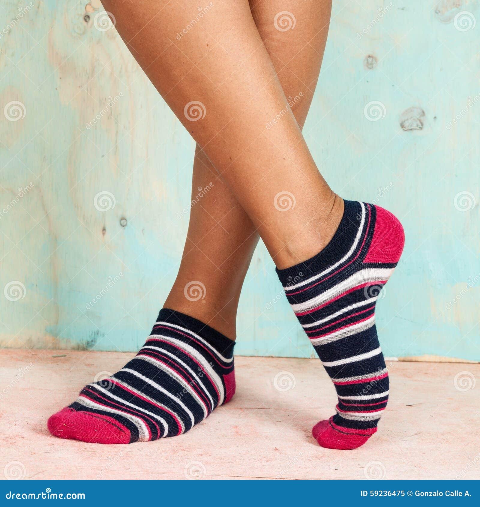 Download Mujer Hermosa De Las Piernas Con Los Calcetines Que Se Colocan De Puntillas En El Piso De Madera Imagen de archivo - Imagen de brillante, standing: 59236475
