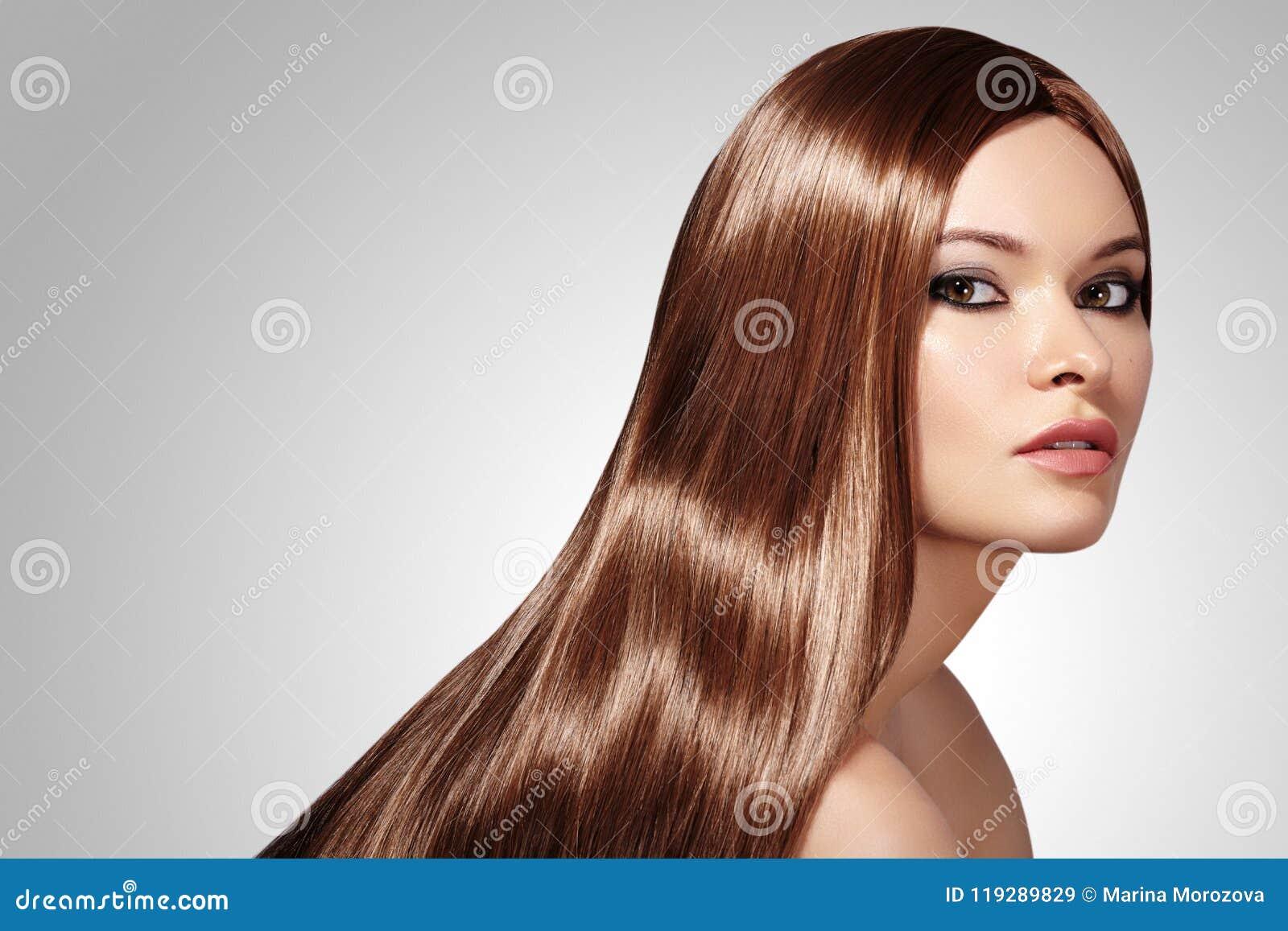 Mujer hermosa de Yong con el pelo marrón de largo recto Modelo de moda atractivo con el peinado liso del lustre Belleza con maqui
