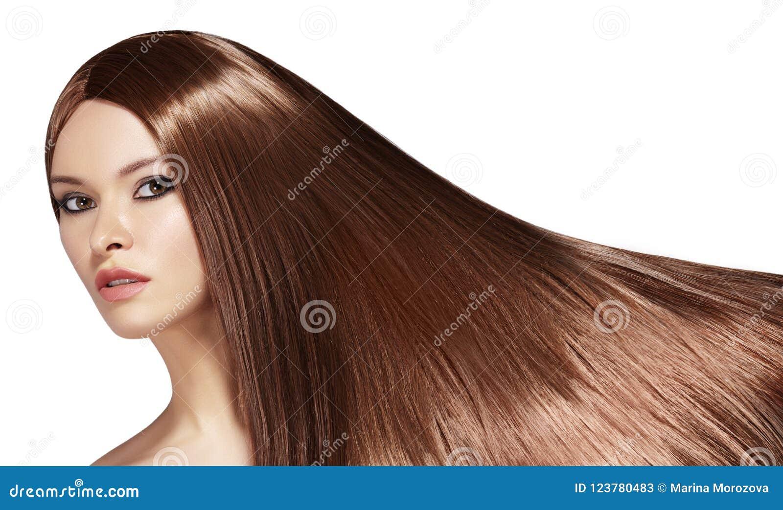 Mujer hermosa de Yong con el pelo marrón de largo recto Modelo de moda atractivo con el peinado liso del lustre Tratamiento de Ke