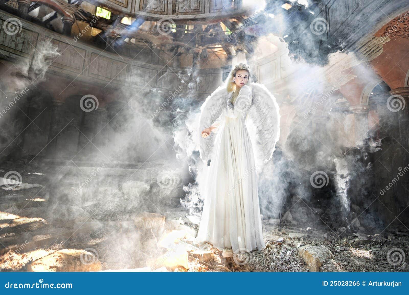 Mujer hermosa del ángel en teatro