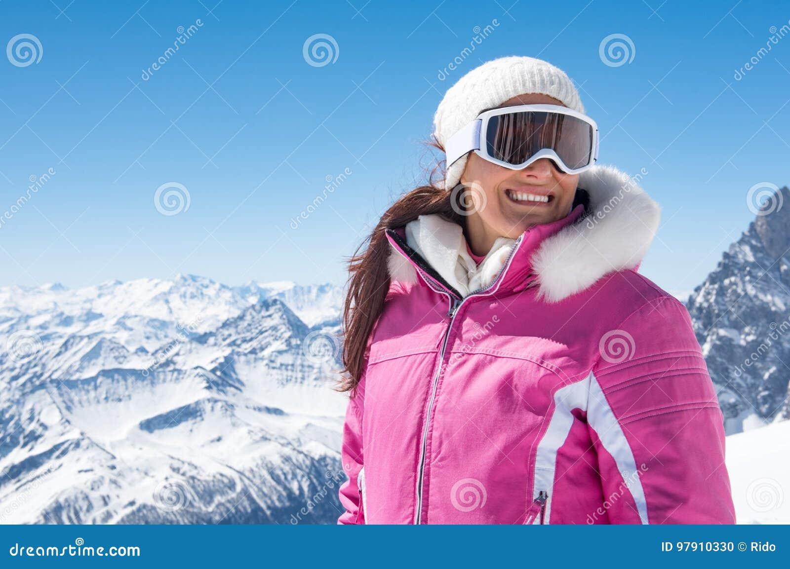 Mujer hermosa del esquiador en invierno