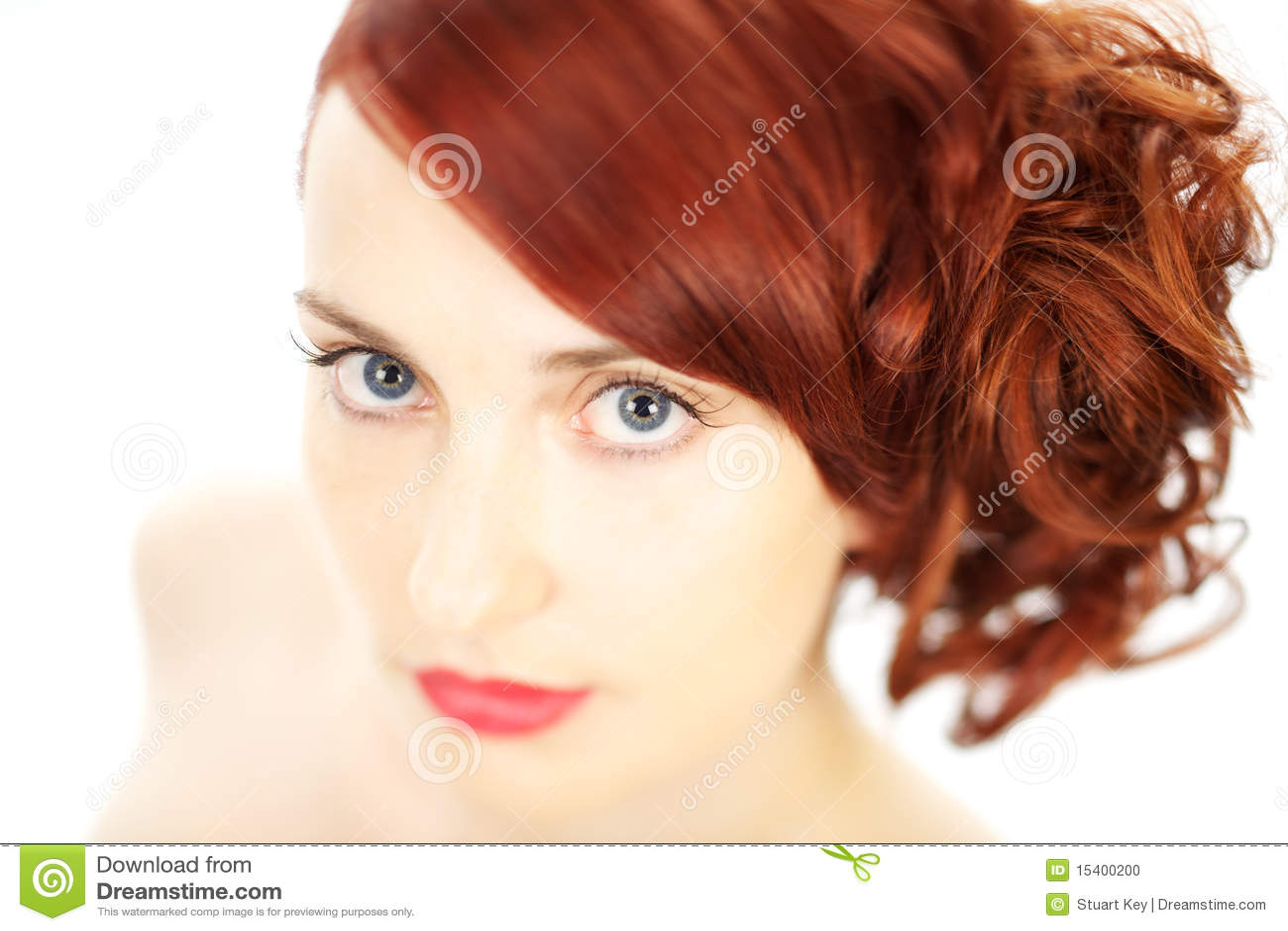Mujer hermosa del pelo rojo