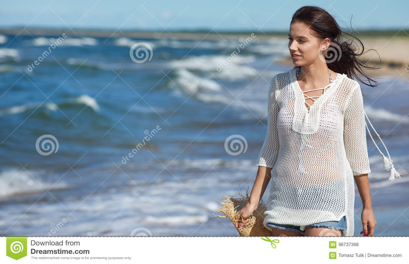 Mujer hermosa del verano cerca del mar