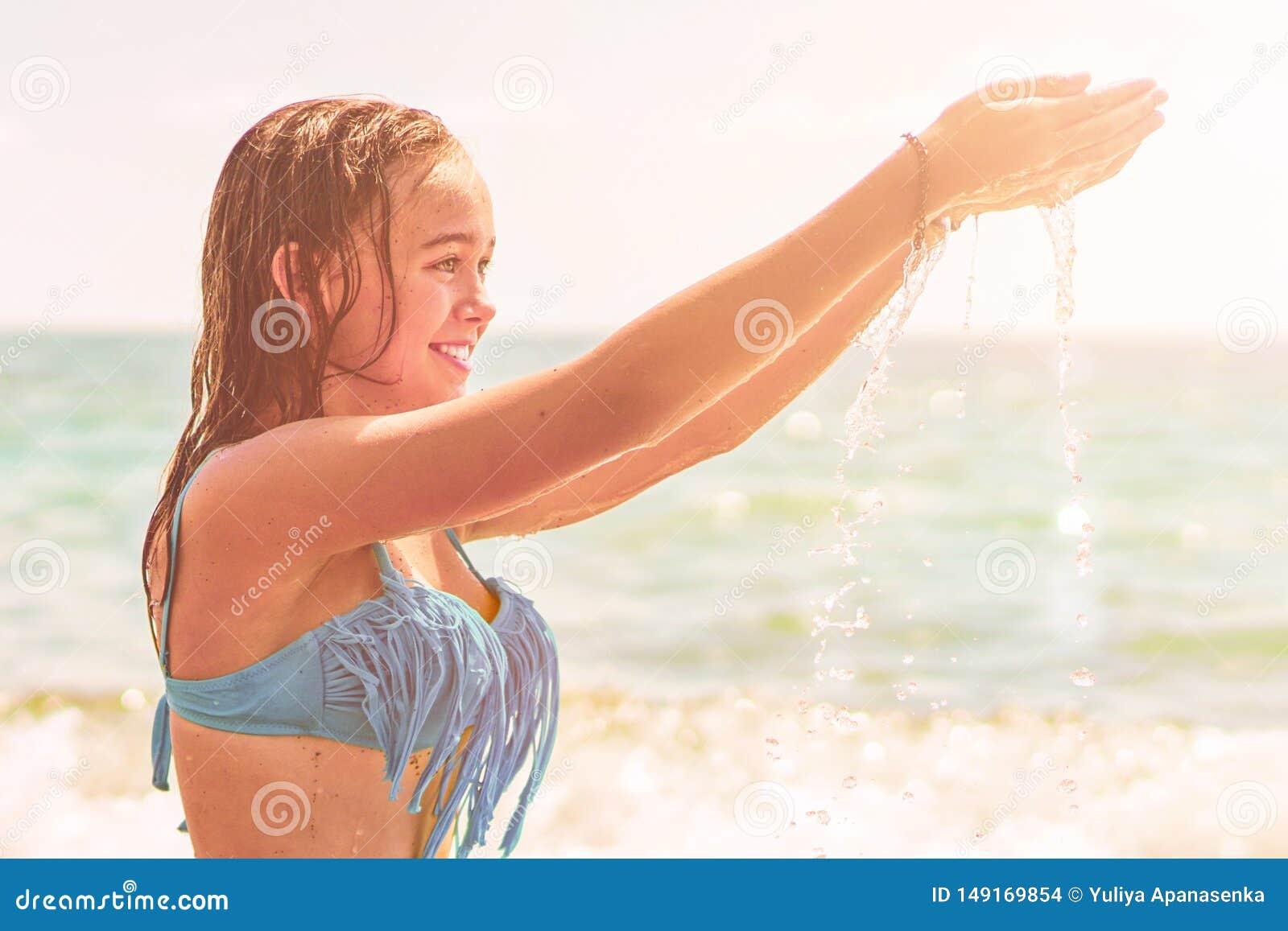 Mujer hermosa en bikini que toma el sol en la playa