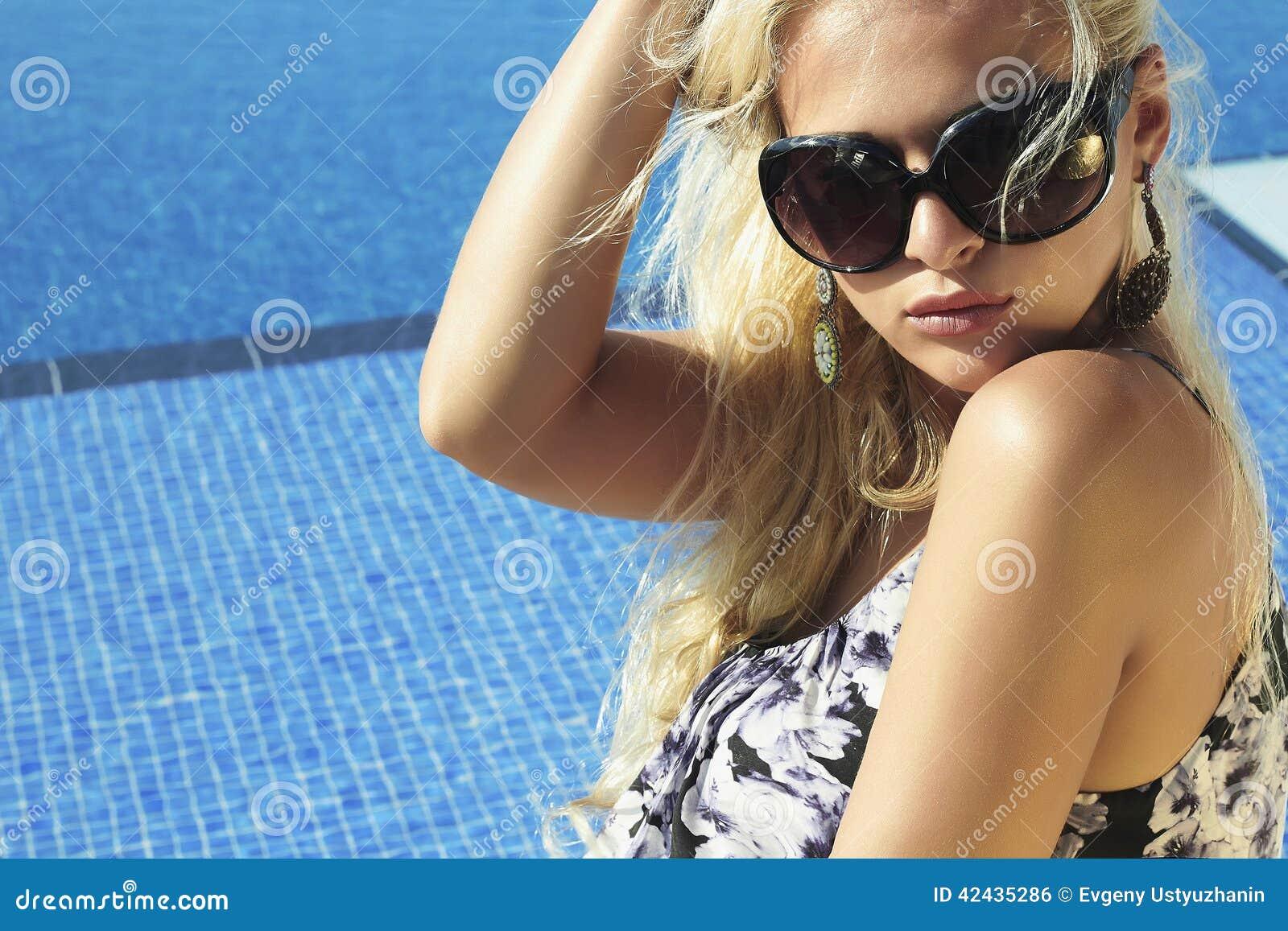 Mujer hermosa en gafas de sol Verano Muchacha cerca de la piscina