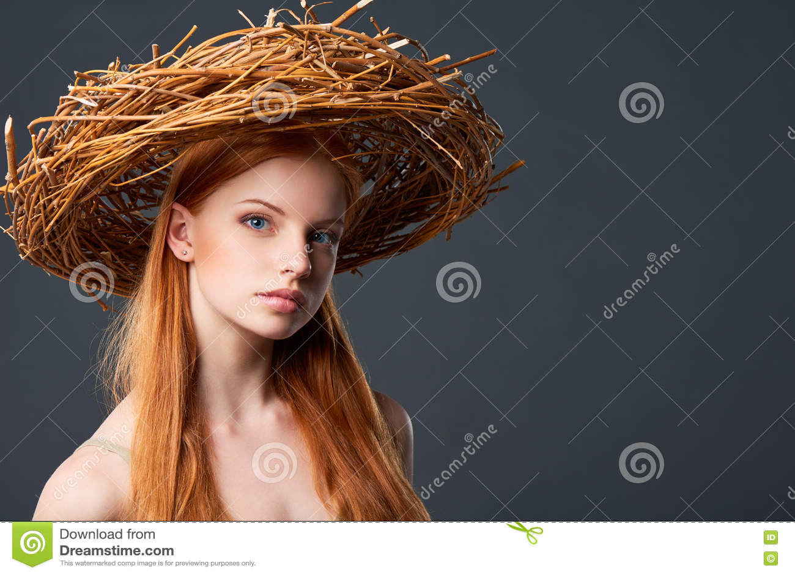 Mujer hermosa en guirnalda natural