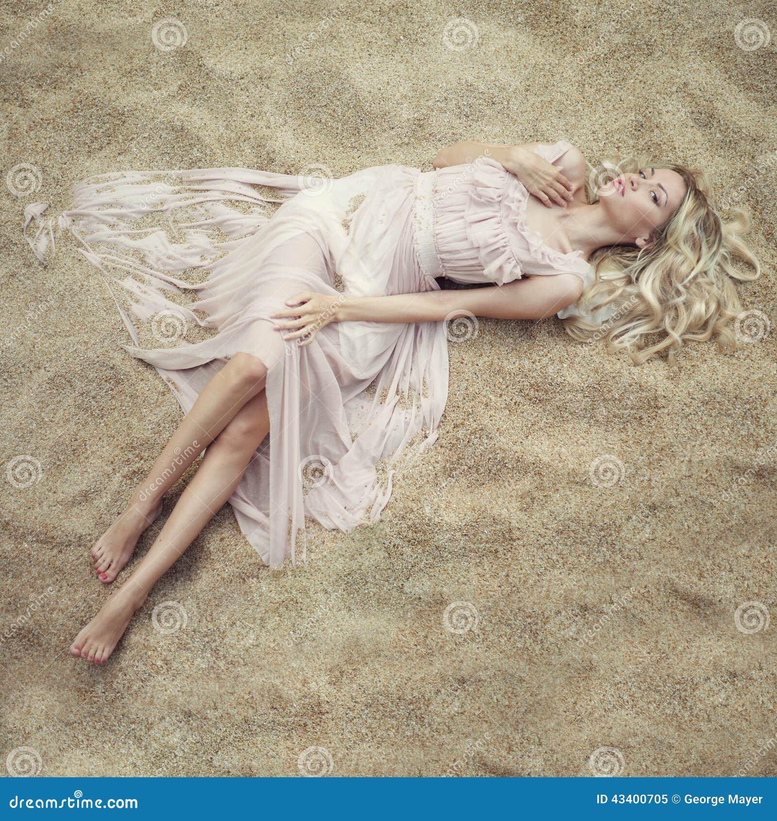 Mujer hermosa en la arena
