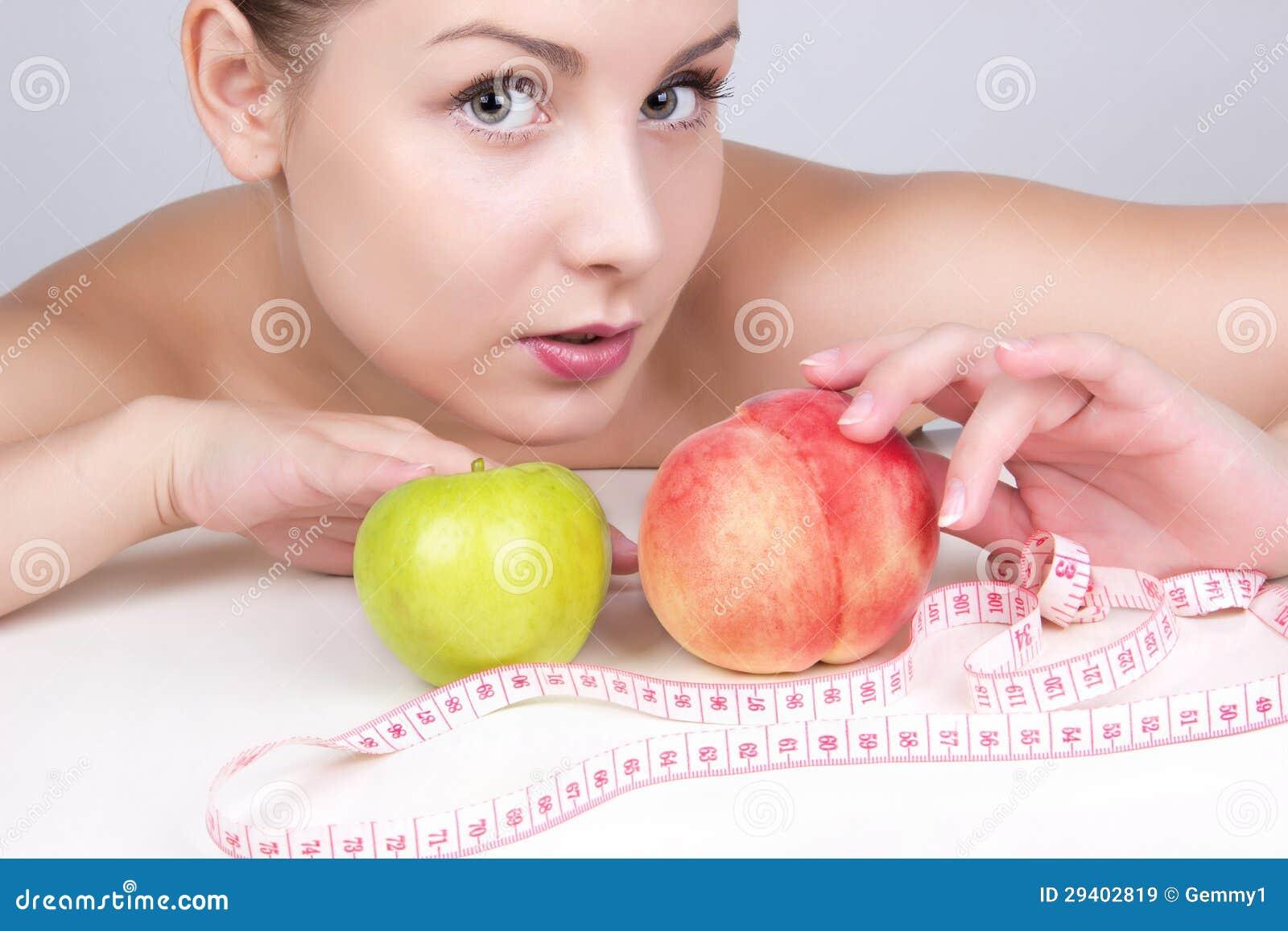 Mujer hermosa en la dieta. Pierda el peso, forma de vida sana