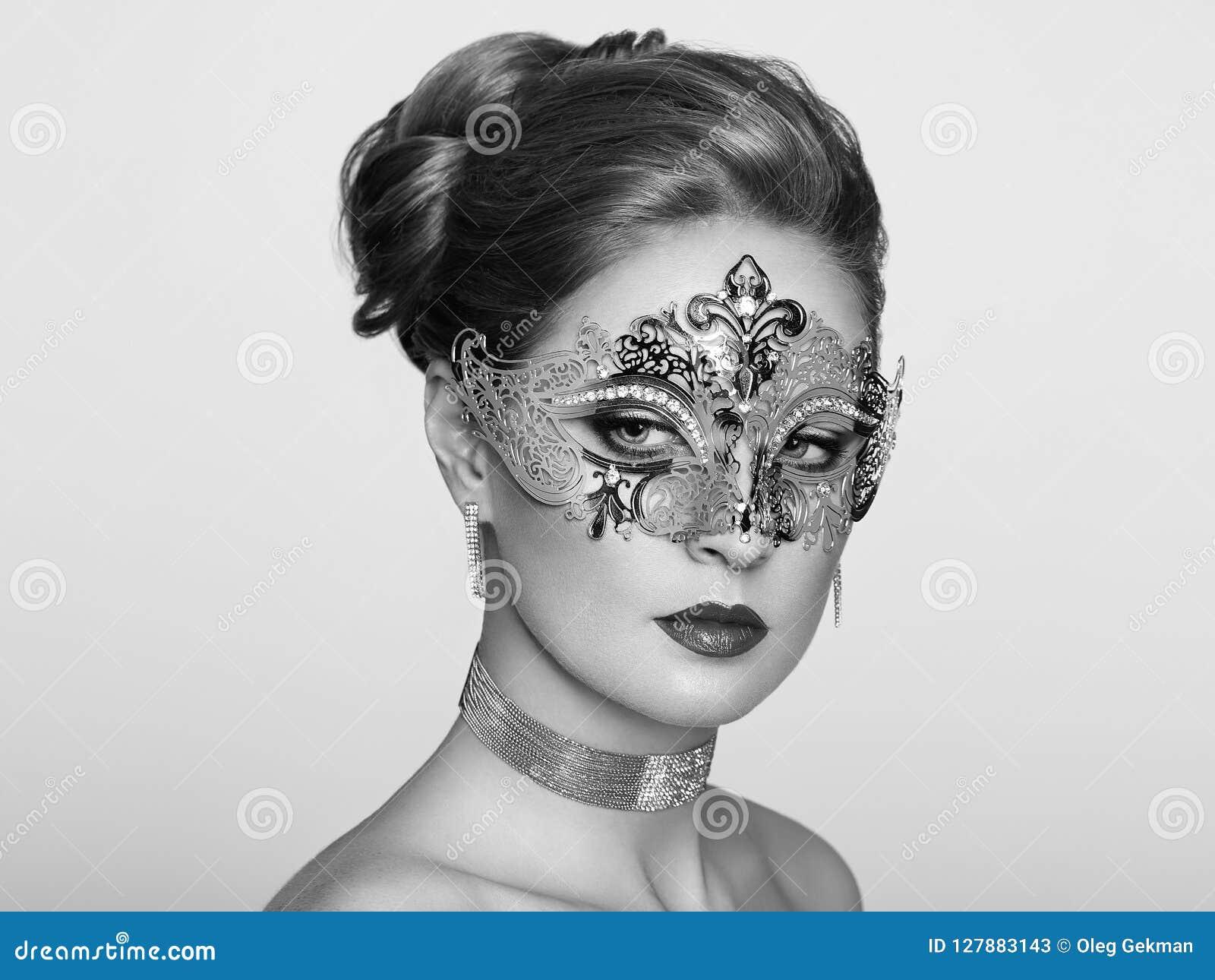 Mujer hermosa en la máscara veneciana de la mascarada