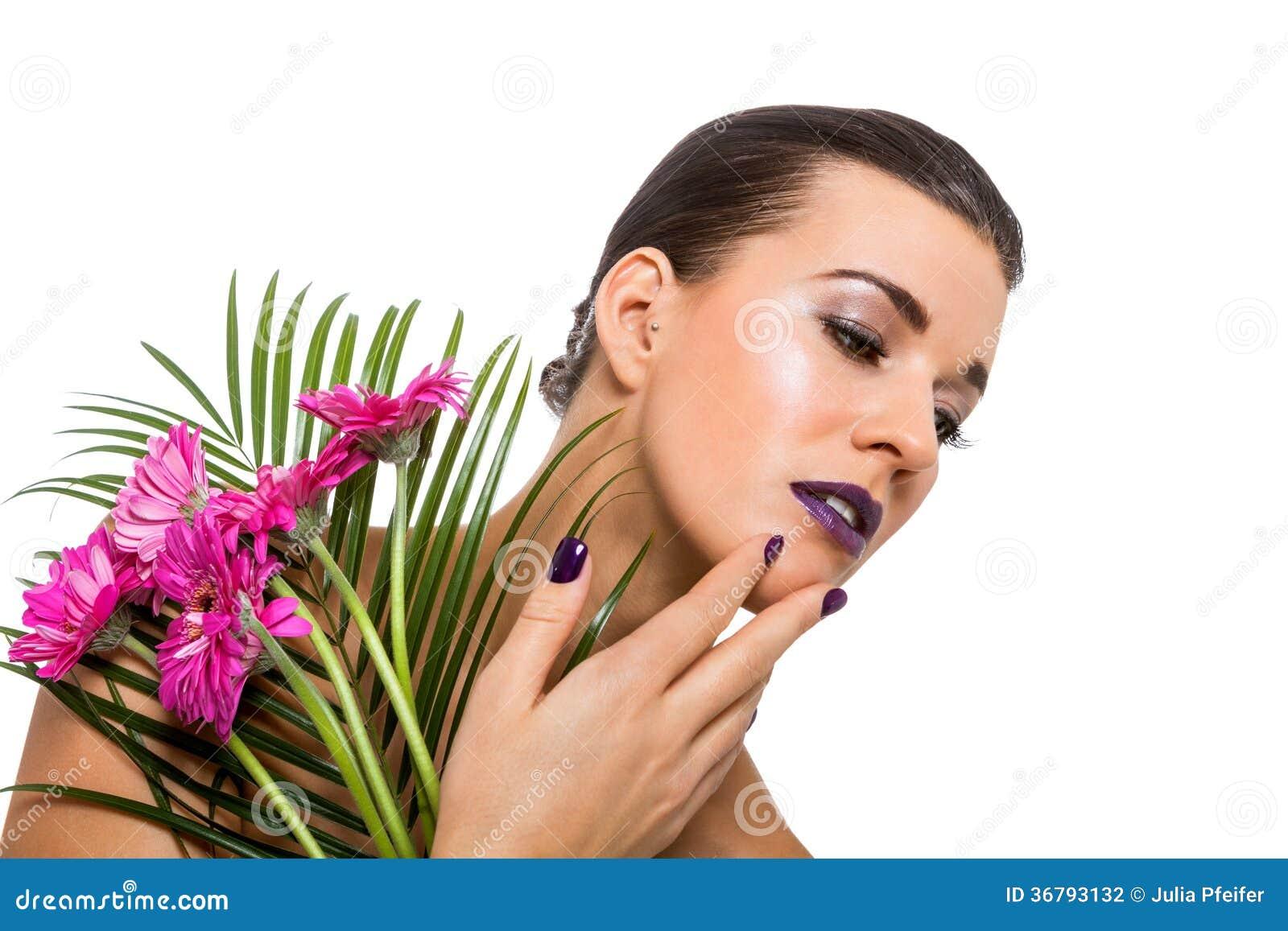 Mujer hermosa en maquillaje púrpura