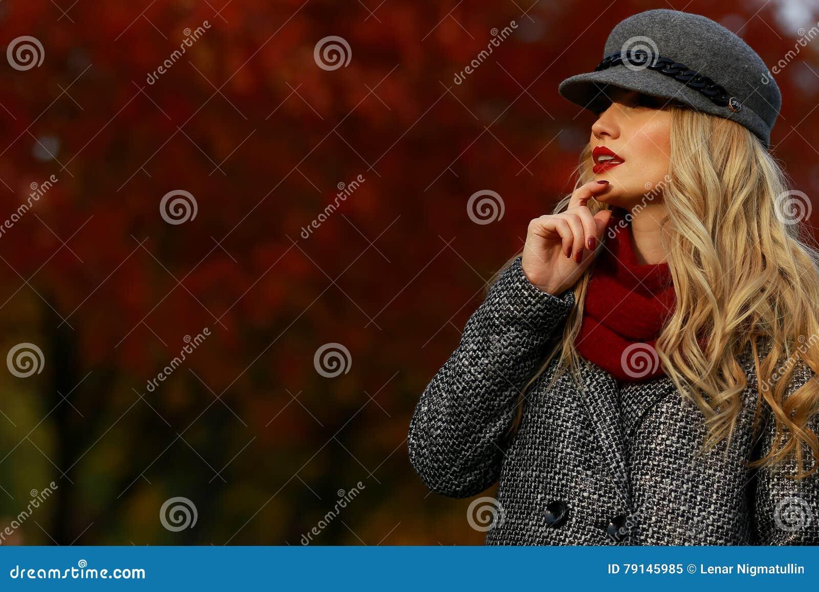 Mujer Hermosa En Parque Del Otoño Fondo Del Jardín Del Arce Rojo ...
