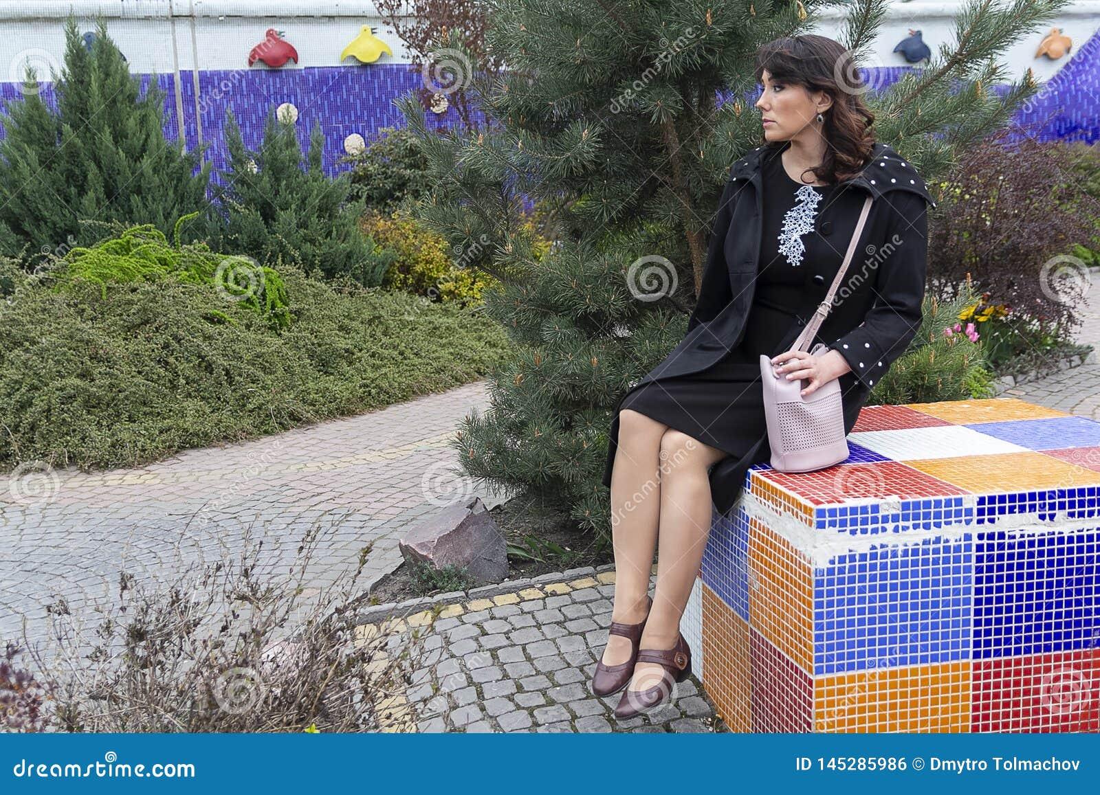 Mujer hermosa en ropa elegante en el jard?n