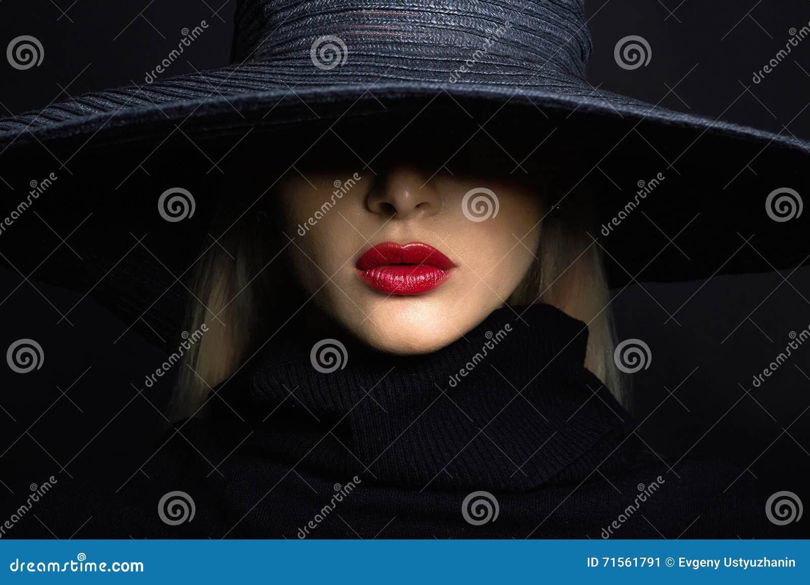 Mujer hermosa en sombrero Manera retra sombrero del verano con el borde grande