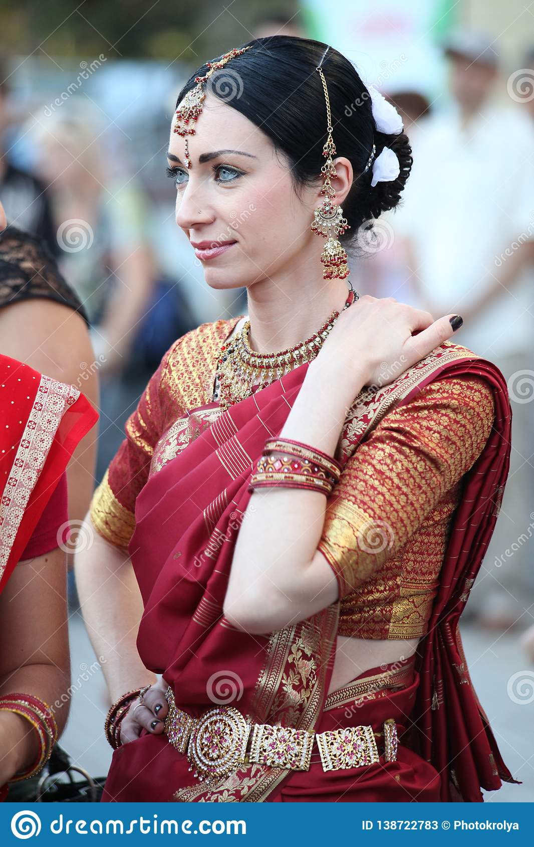 Mujer hermosa en traje indio de la sari