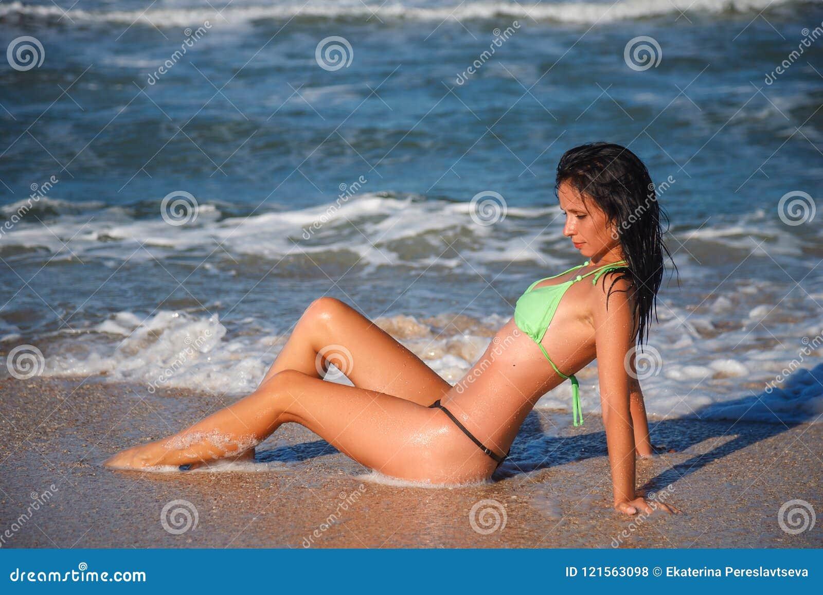 940537fb3251 Mujer Hermosa En Un Traje De Baño En El Concepto De La Relajación De ...