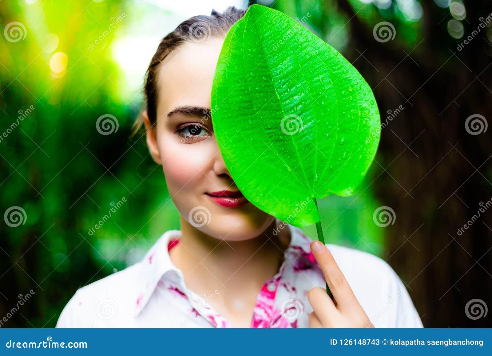 Mujer hermosa encantadora del retrato La mujer atractiva sostiene un gree