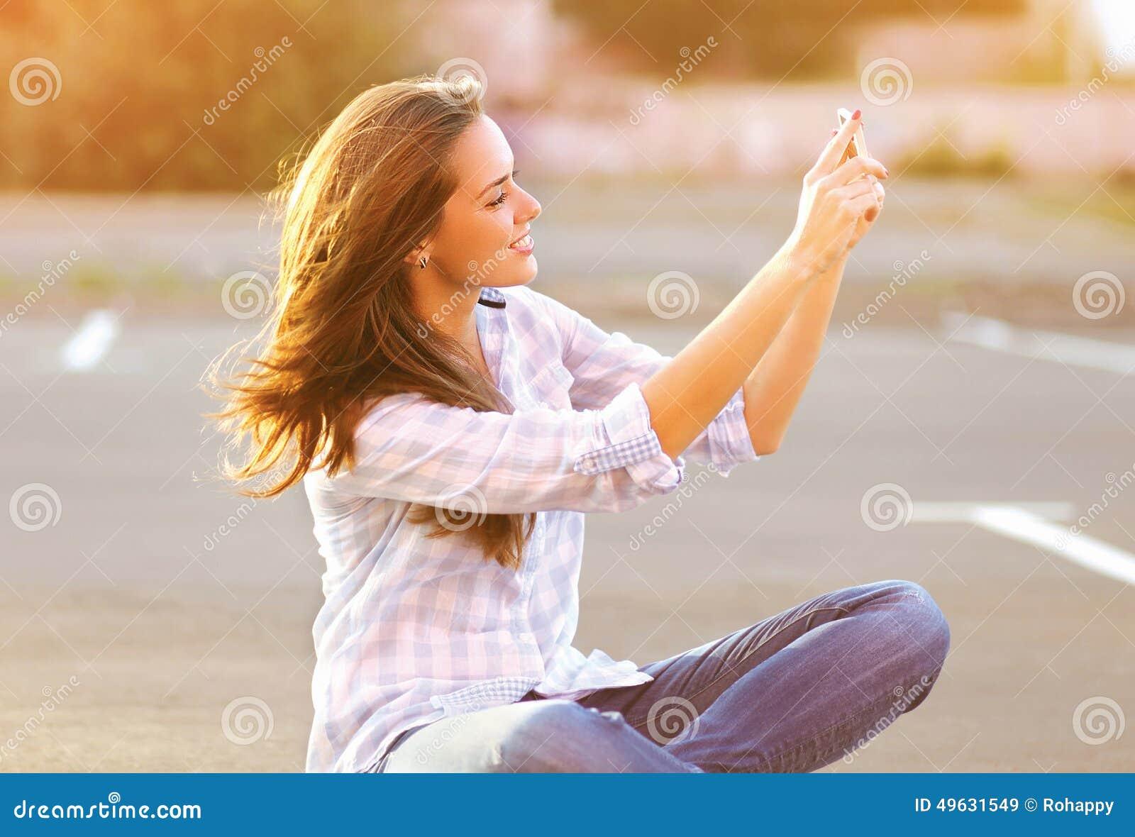 Mujer hermosa feliz del retrato de la forma de vida que hace un autorretrato