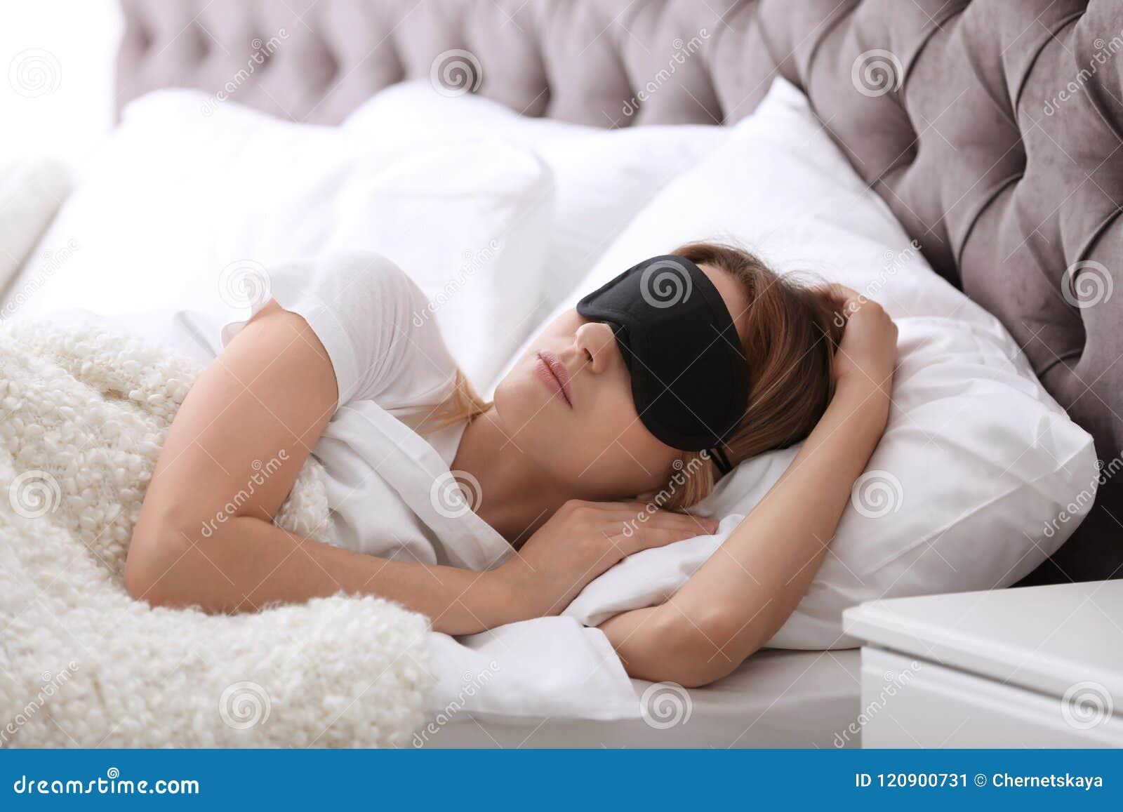 Mujer hermosa joven con dormir de la máscara