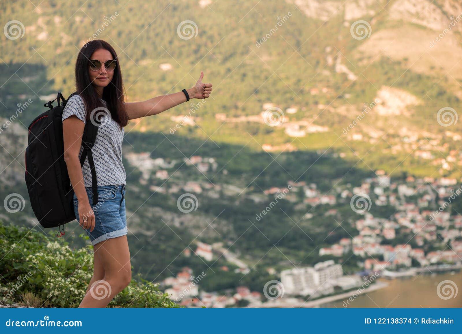 Hacen Esencial Embala Las Mochilas Forma Hace A Autostop De Volumen Viaja En Mujer La Vida El Que Excursionismo Camino Jóvenes Aventurera TqB5gg