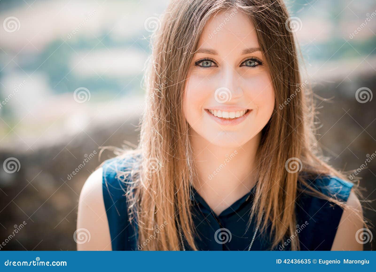 Mujer hermosa joven del inconformista