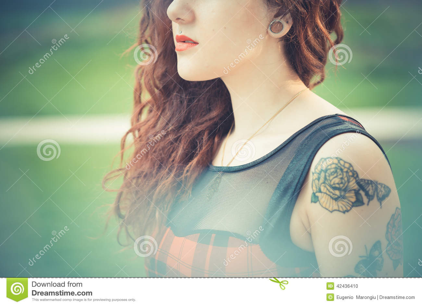 Mujer hermosa joven del inconformista con el pelo rizado rojo