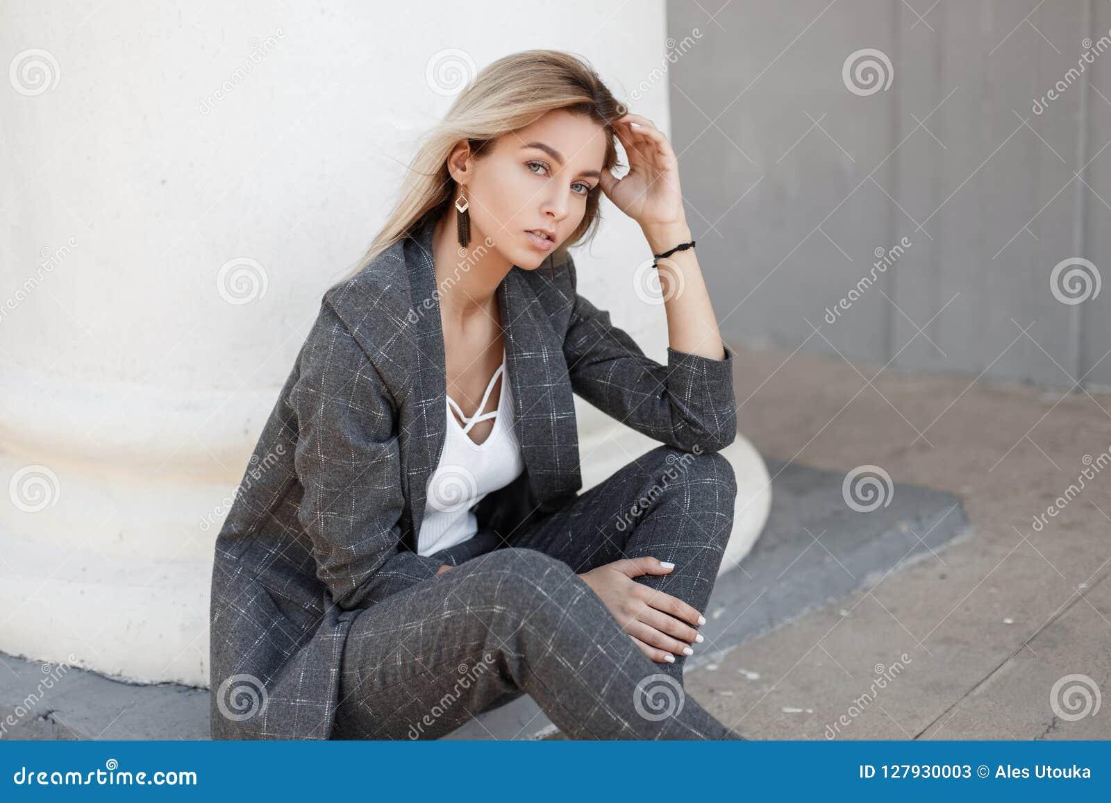 Mujer hermosa joven del modelo de moda en gris elegante del vintage