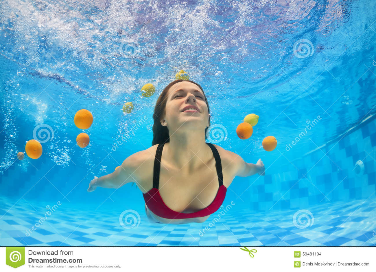 8430c4eb0a46 Mujer hermosa joven en la natación y el salto del bikini subacuáticos en  piscina con la diversión para los agrios frescos Forma de vida, actividad  del ...
