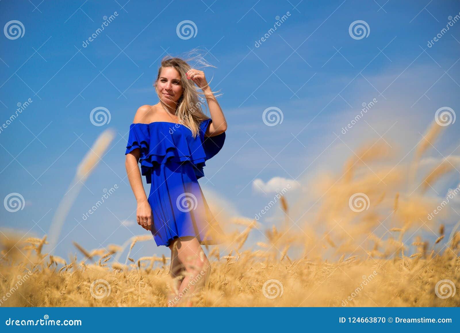 Mujer hermosa joven en campo de trigo