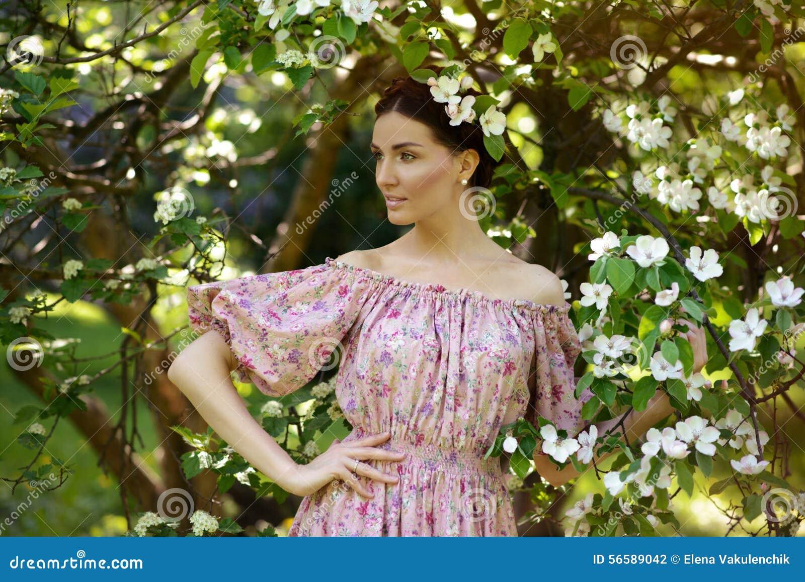 Mujer hermosa joven en el jardín