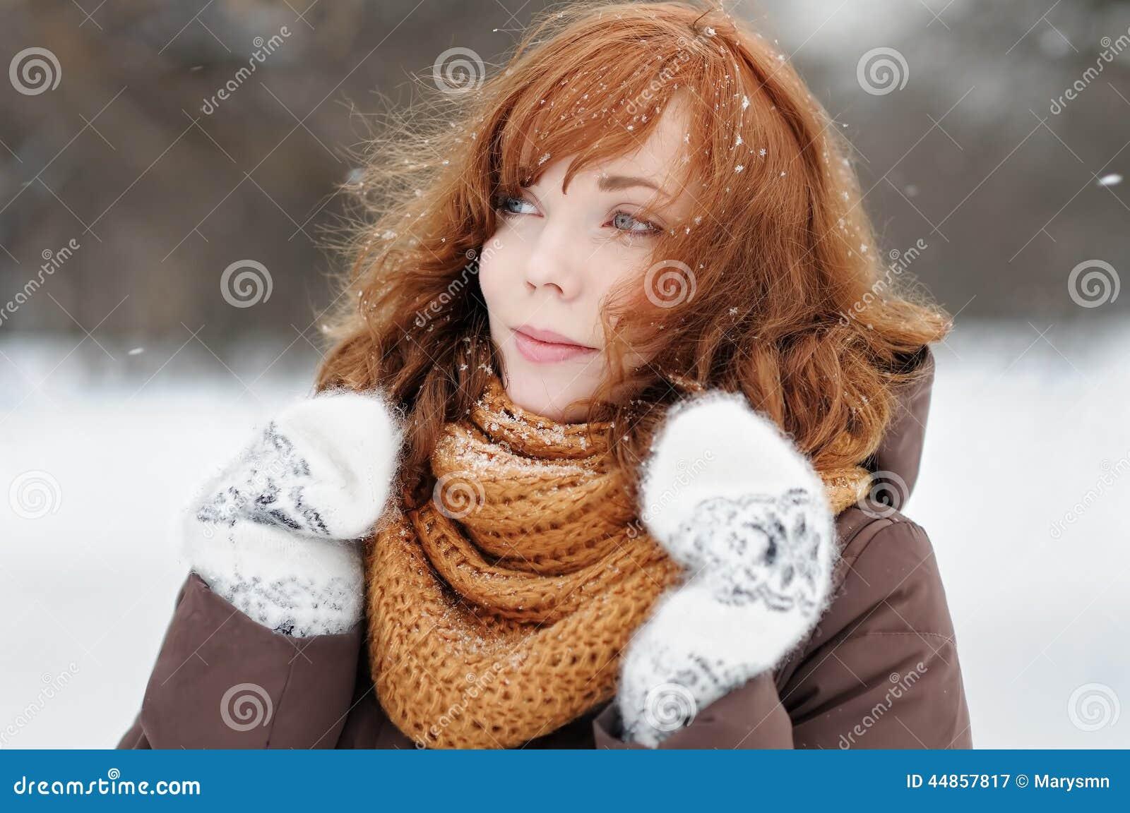 Mujer hermosa joven en invierno