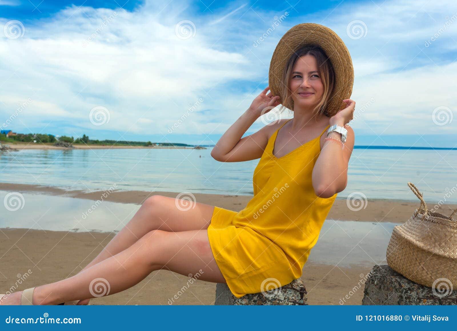 Mujer hermosa joven en playa