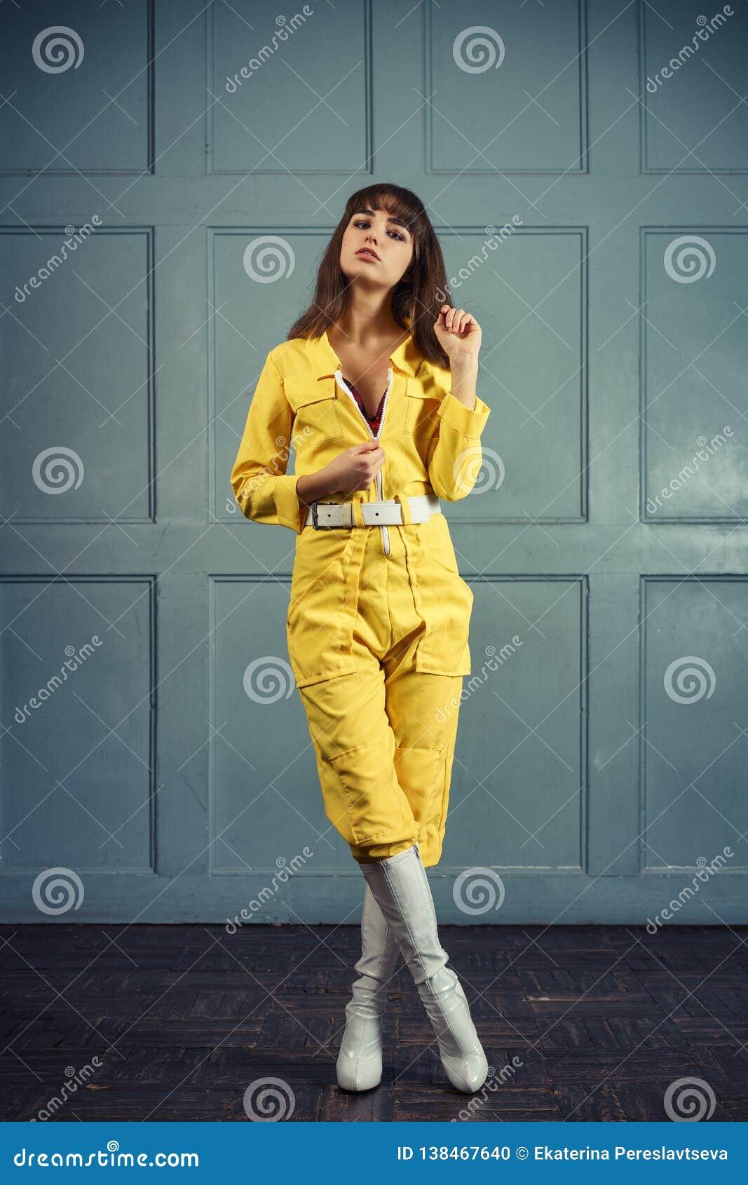 dbfb3fb30 Mujer Hermosa Joven En Traje Amarillo Del Trabajo Foto de archivo ...