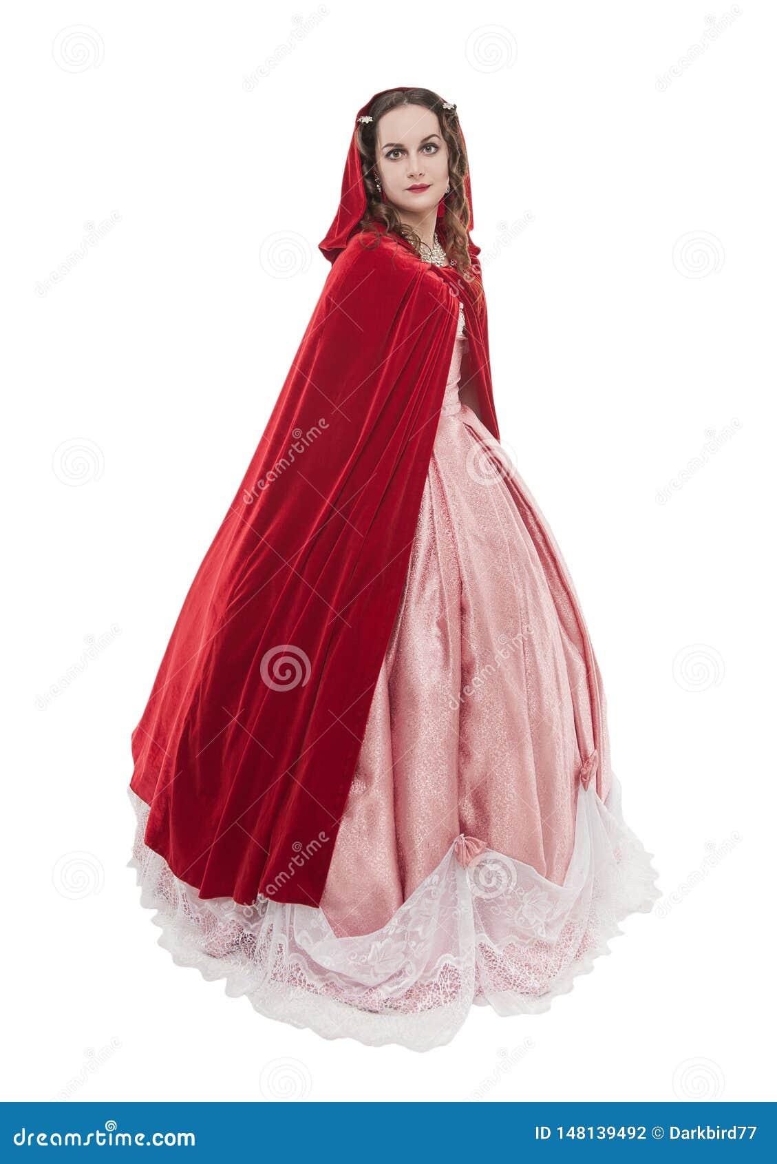 Mujer hermosa joven en vestido medieval largo y la capa roja aislados