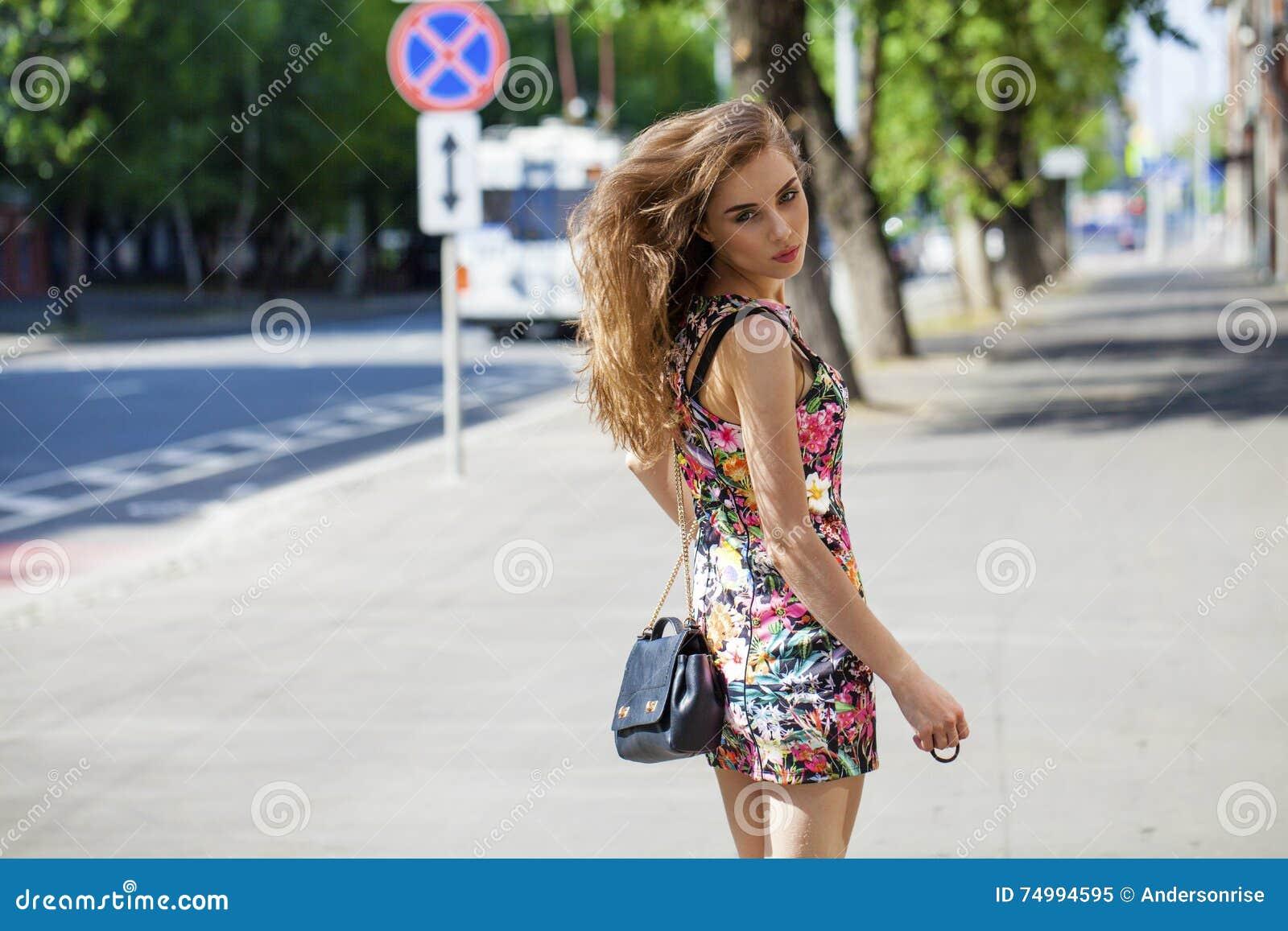 Mujer Hermosa Joven En Vestido Sexy En La Calle Del Verano