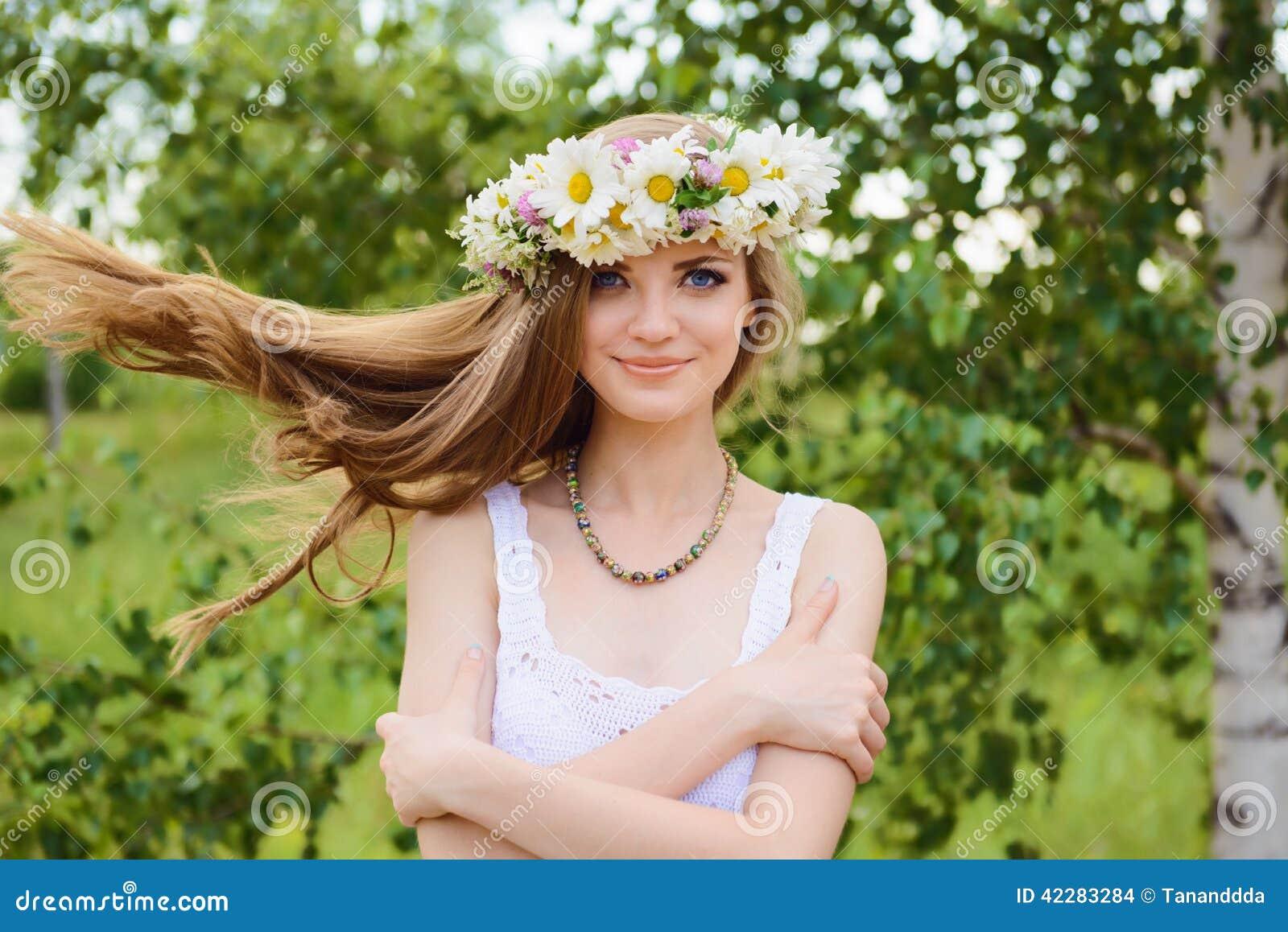 Mujer hermosa joven feliz con los ojos azules