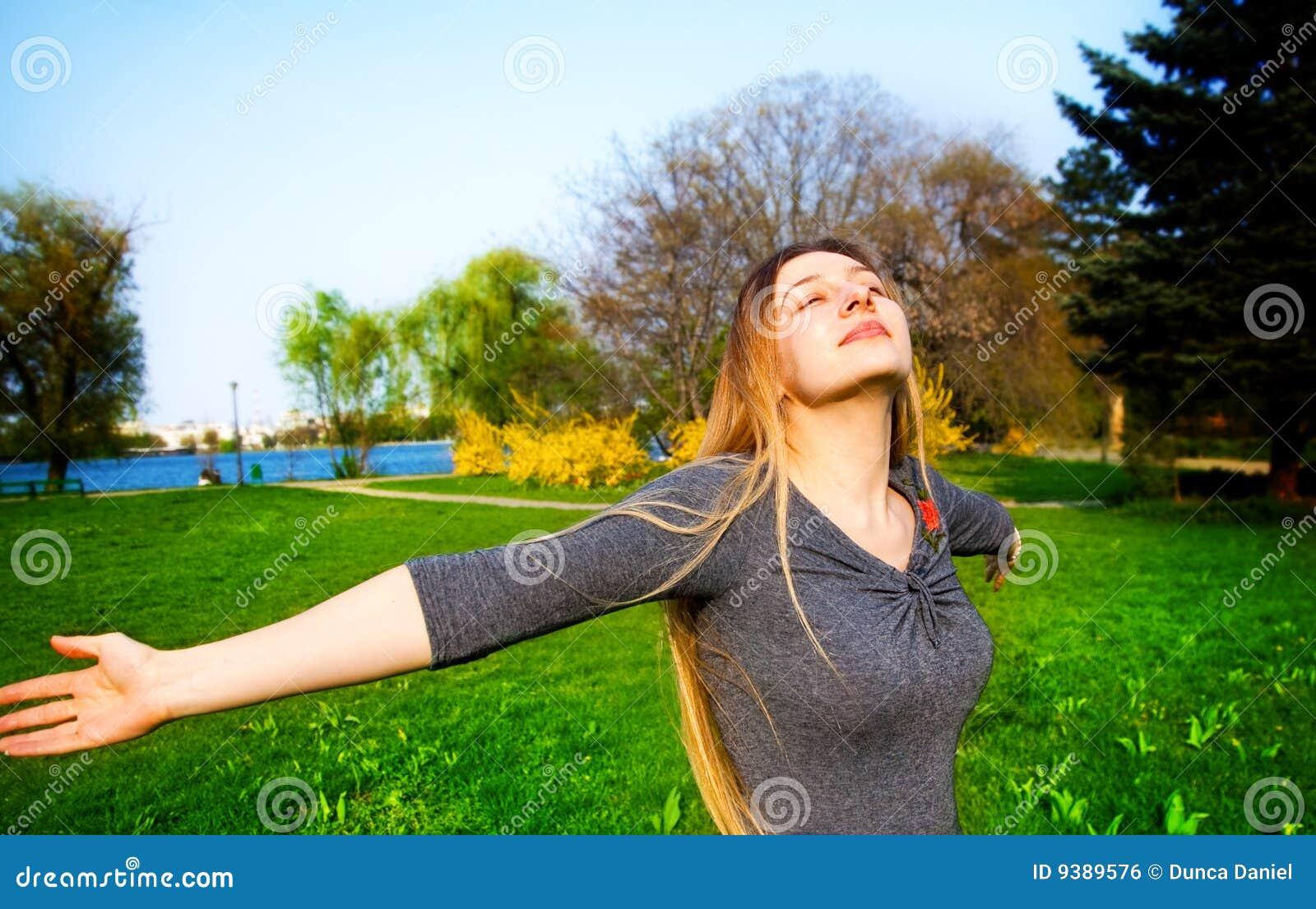 Mujer hermosa joven feliz y libre al aire libre