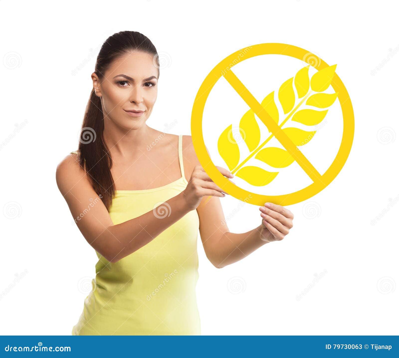 Mujer hermosa, joven que lleva a cabo un símbolo libre del gluten