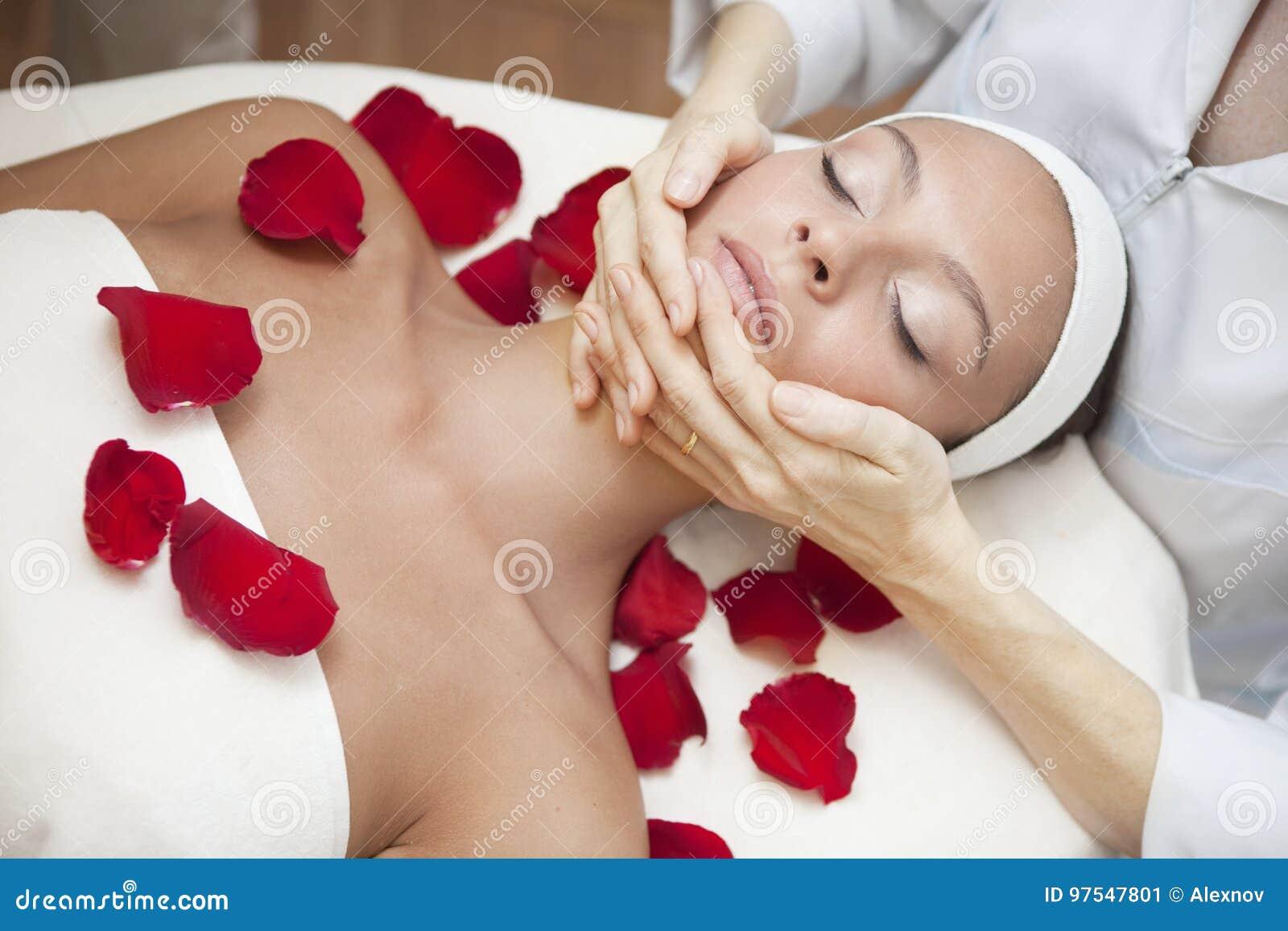 Mujer hermosa joven que tiene masaje facial