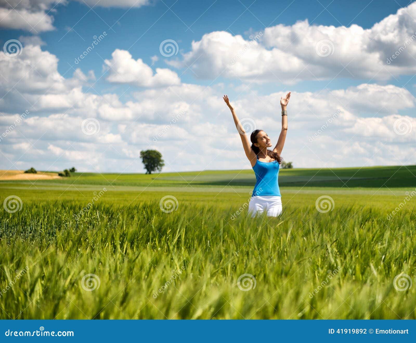 Mujer hermosa que disfruta su libertad en naturaleza
