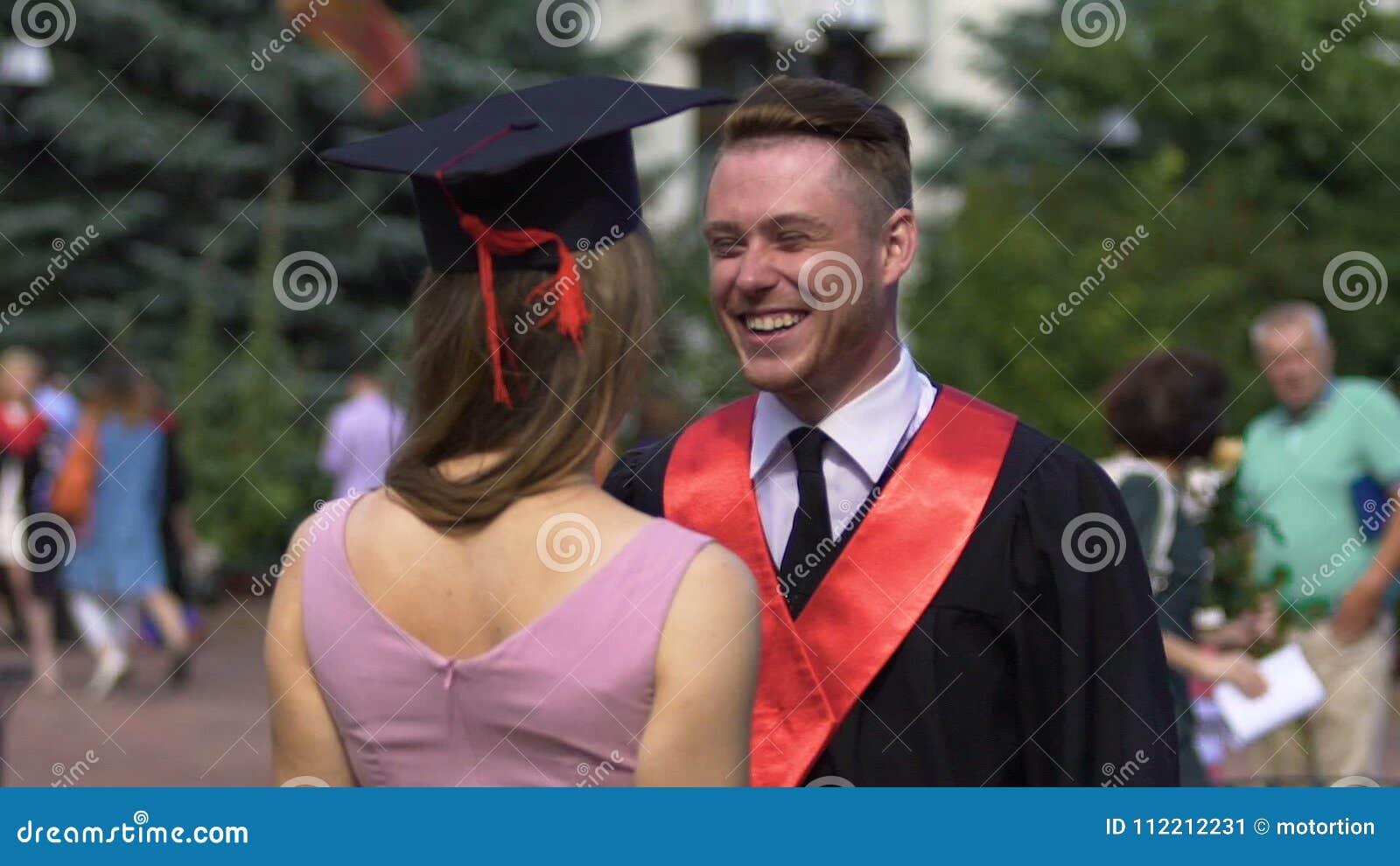 37c361ffa Mujer Hermosa Que Felicita Y Que Abraza A Su Hermano Graduado Después De  Ceremonia Almacen De Video - Vídeo de lifestyle