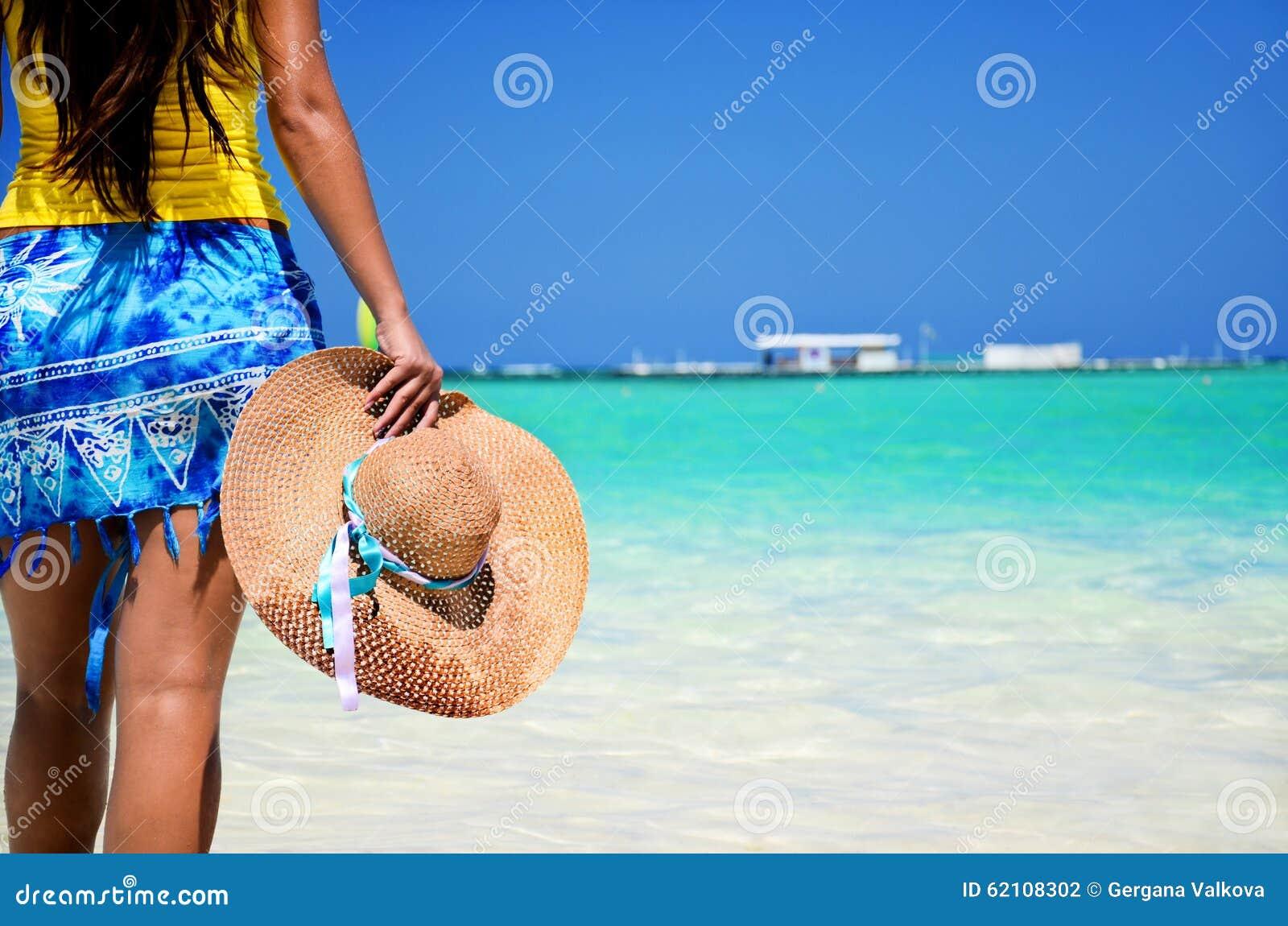 Mujer hermosa que goza de su vacantion en la playa tropical