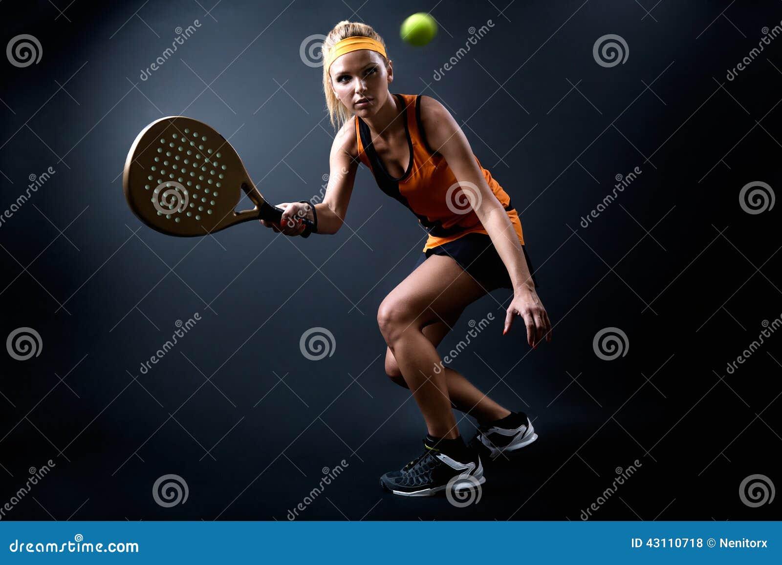 Mujer hermosa que juega el padel interior Aislado en negro