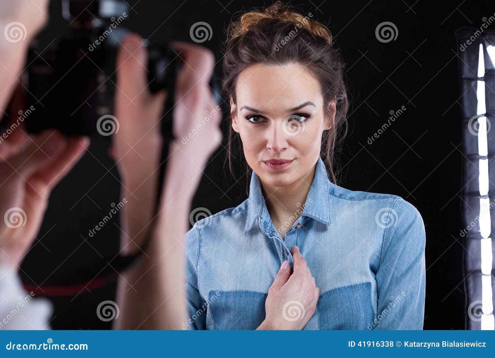Mujer hermosa que presenta durante el tiroteo de foto