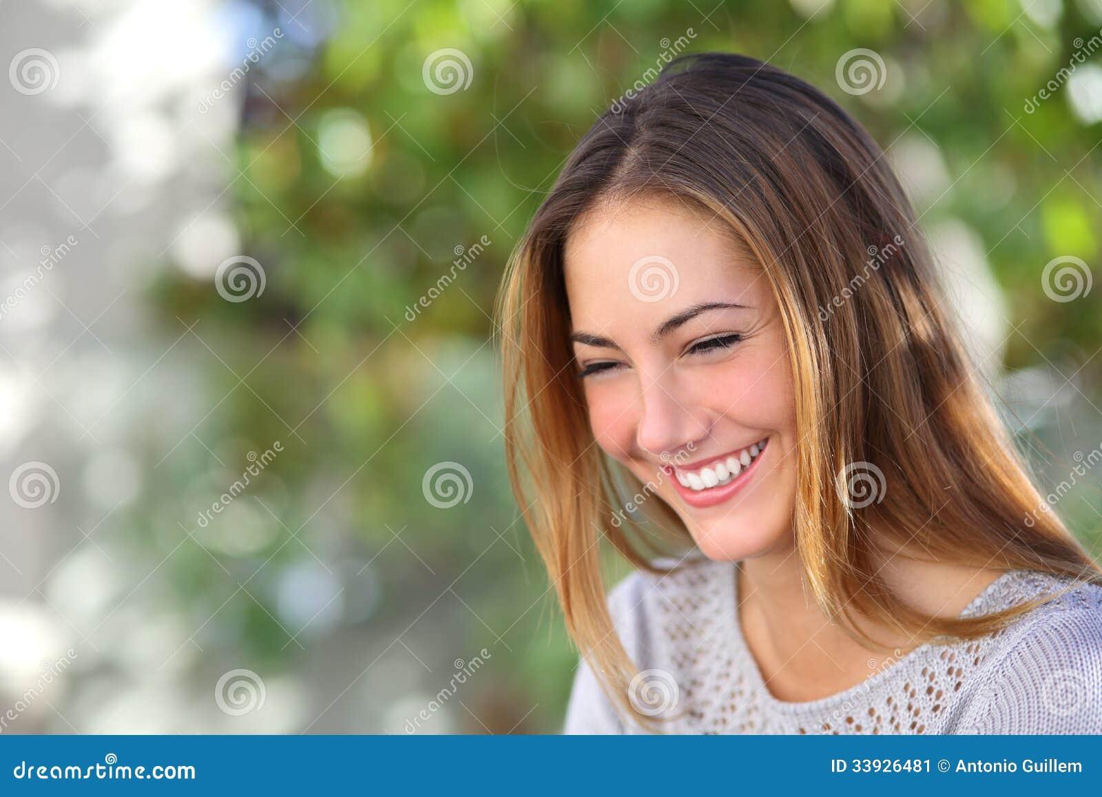 Mujer hermosa que ríe al aire libre feliz