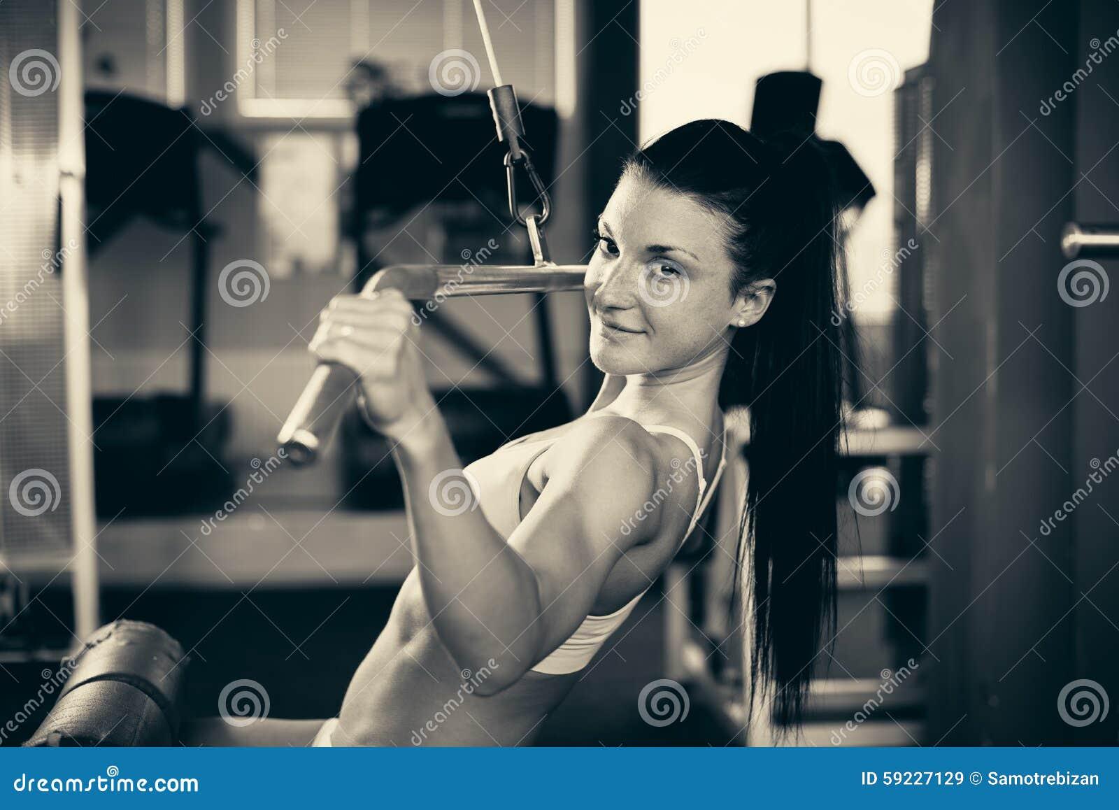 Download Mujer Hermosa Que Se Resuelve En Gimnasio - Muchacha Del Ajuste En Aptitud Imagen de archivo - Imagen de sportswear, activo: 59227129