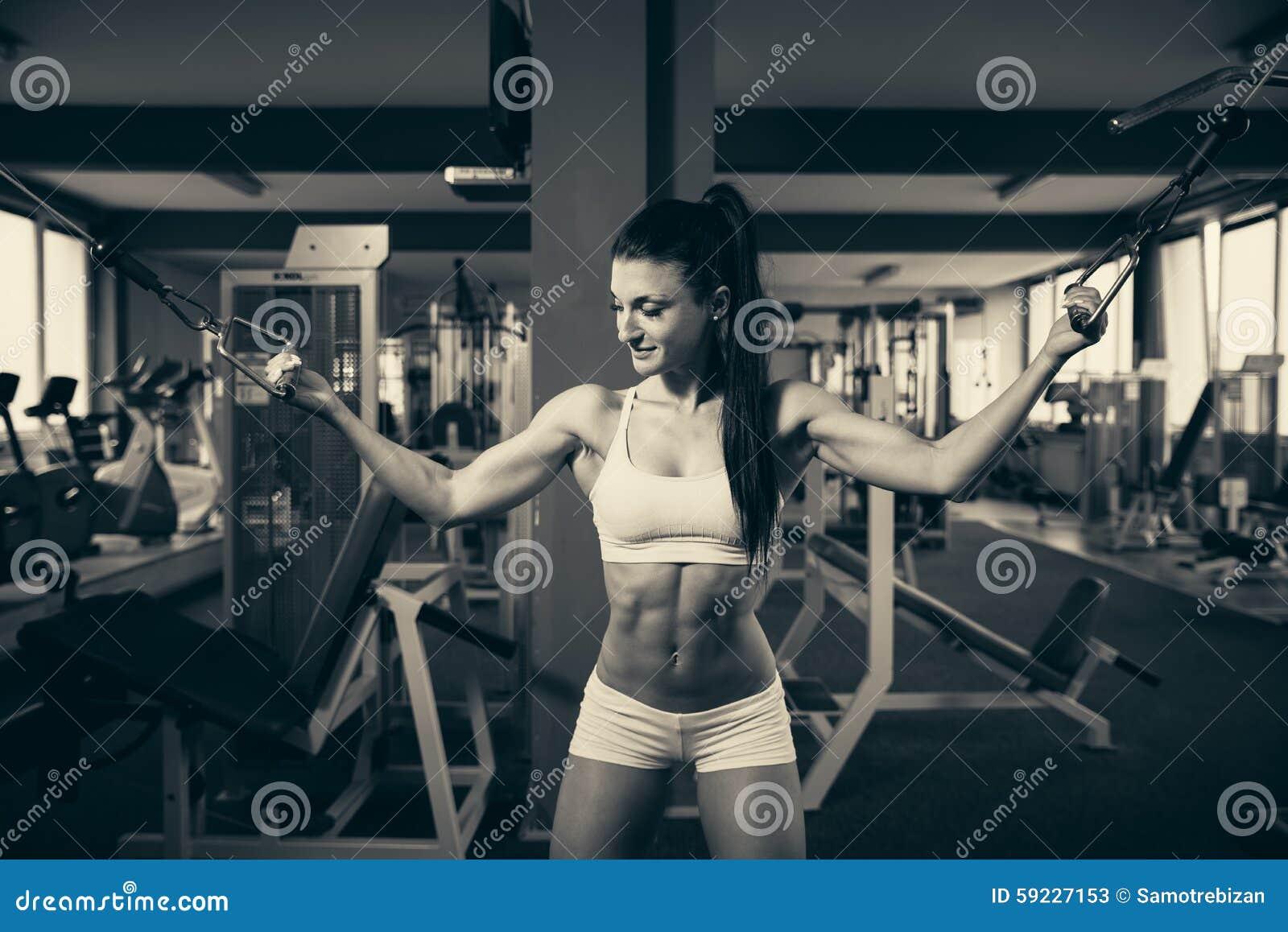 Download Mujer Hermosa Que Se Resuelve En Gimnasio - Muchacha Del Ajuste En Aptitud Imagen de archivo - Imagen de brazo, activo: 59227153