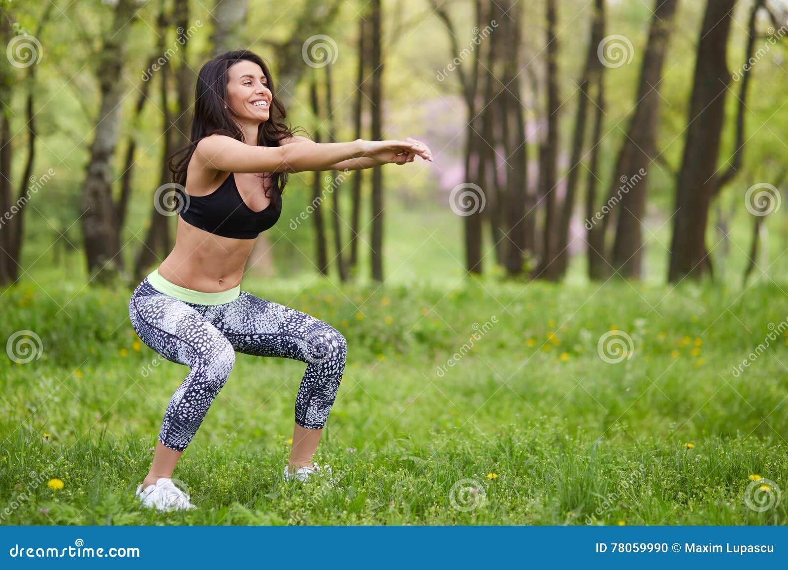 Mujer hermosa que se resuelve en parque del verano