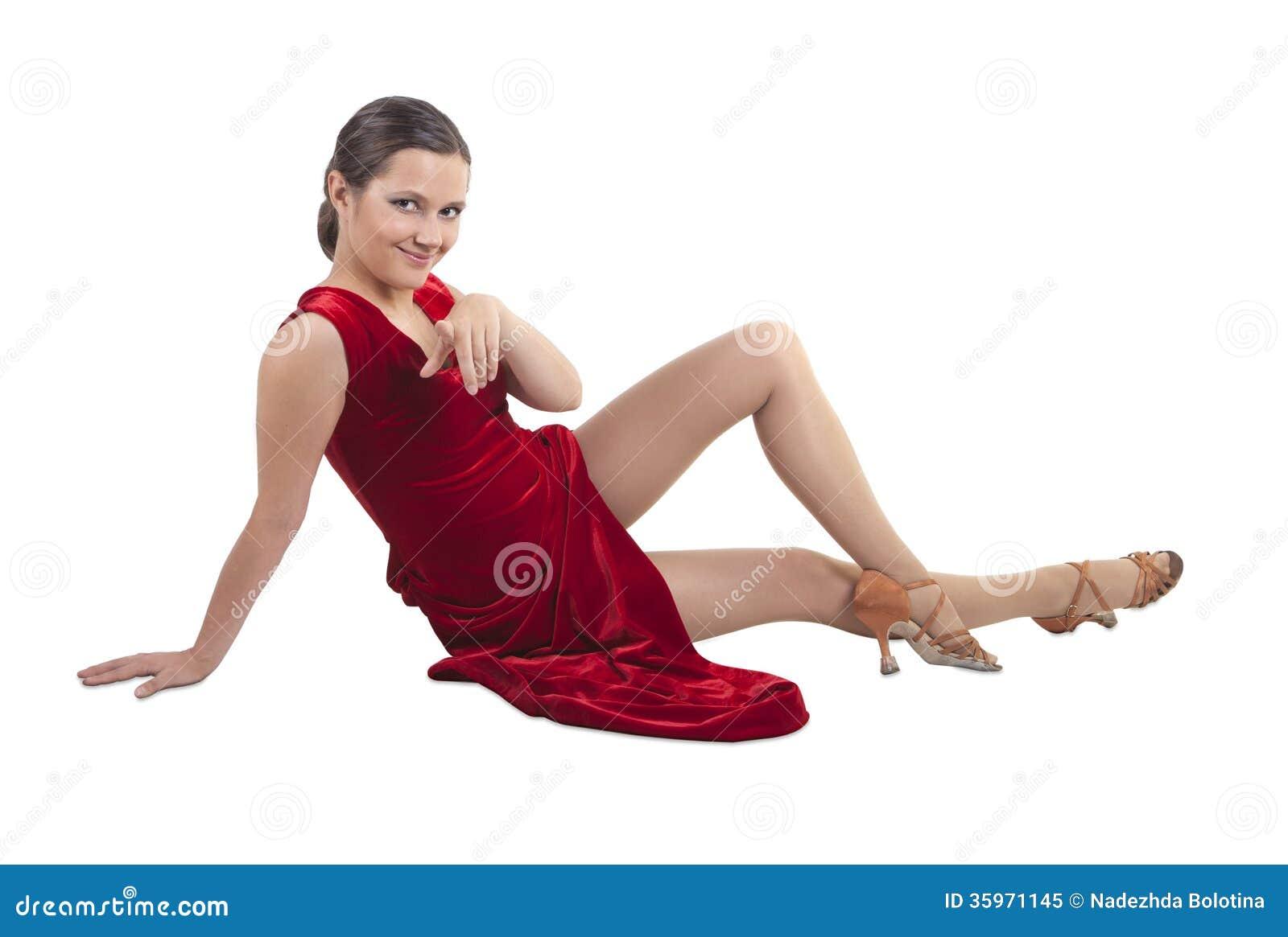 Mujer hermosa que se sienta en el piso
